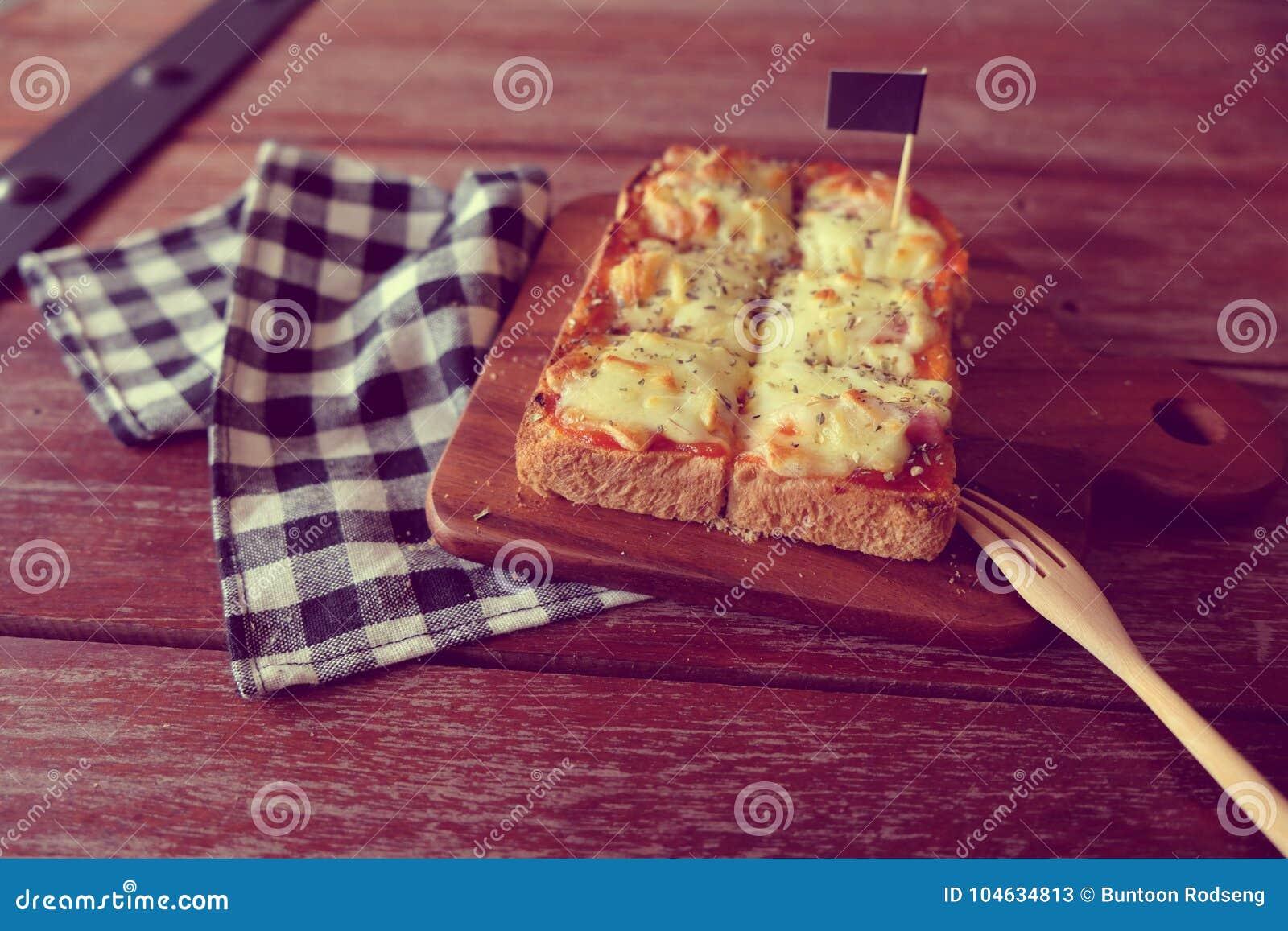 Download Pizza Geroosterd Brood Met Tomatensaus En Hamkaas Stock Afbeelding - Afbeelding bestaande uit rood, vers: 104634813