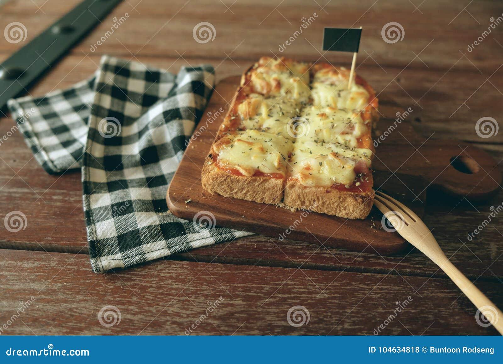 Download Pizza Geroosterd Brood Met Tomatensaus En Hamkaas Stock Foto - Afbeelding bestaande uit rood, naughty: 104634818