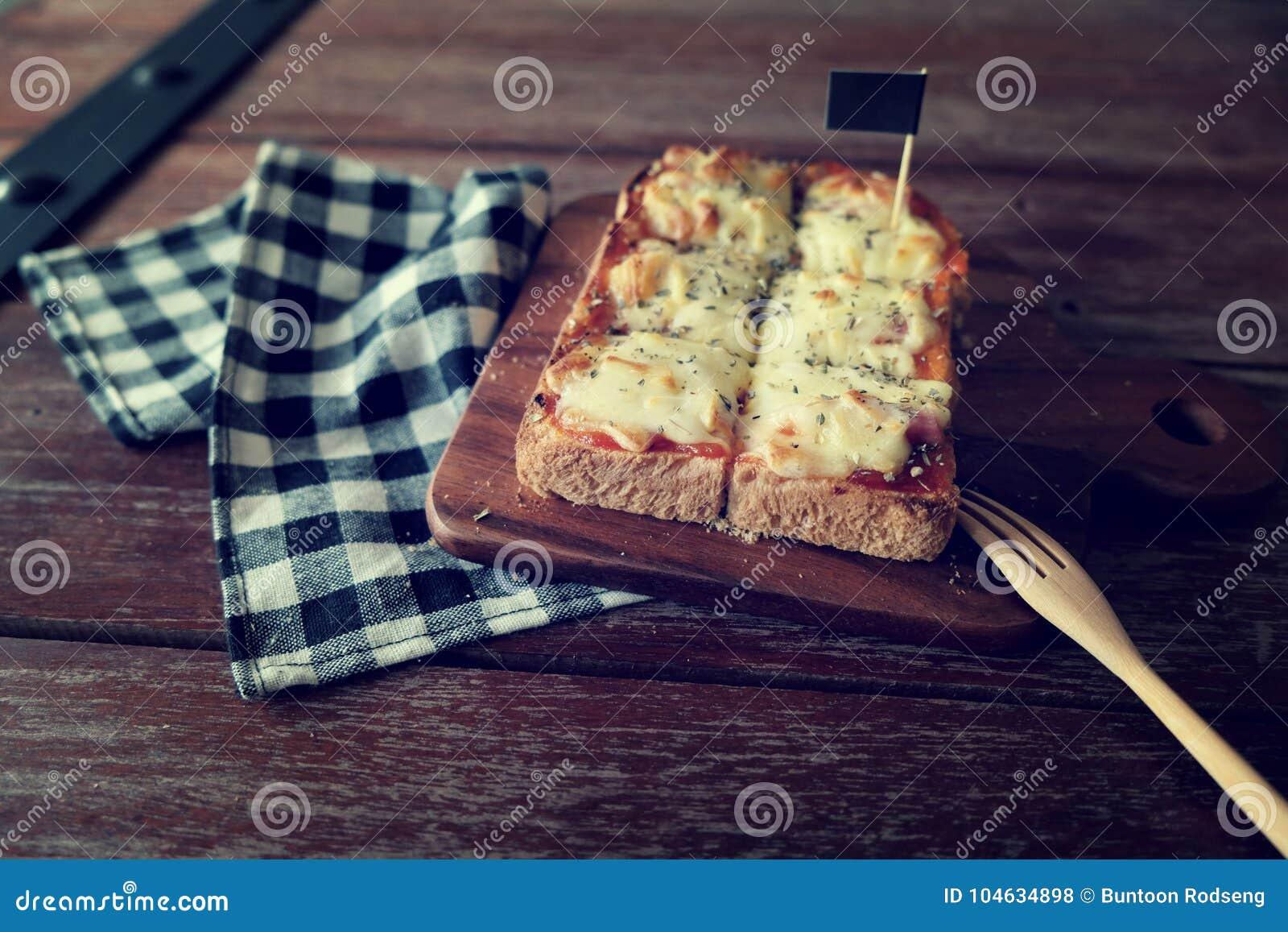 Download Pizza Geroosterd Brood Met Tomatensaus En Hamkaas Stock Foto - Afbeelding bestaande uit korrel, close: 104634898