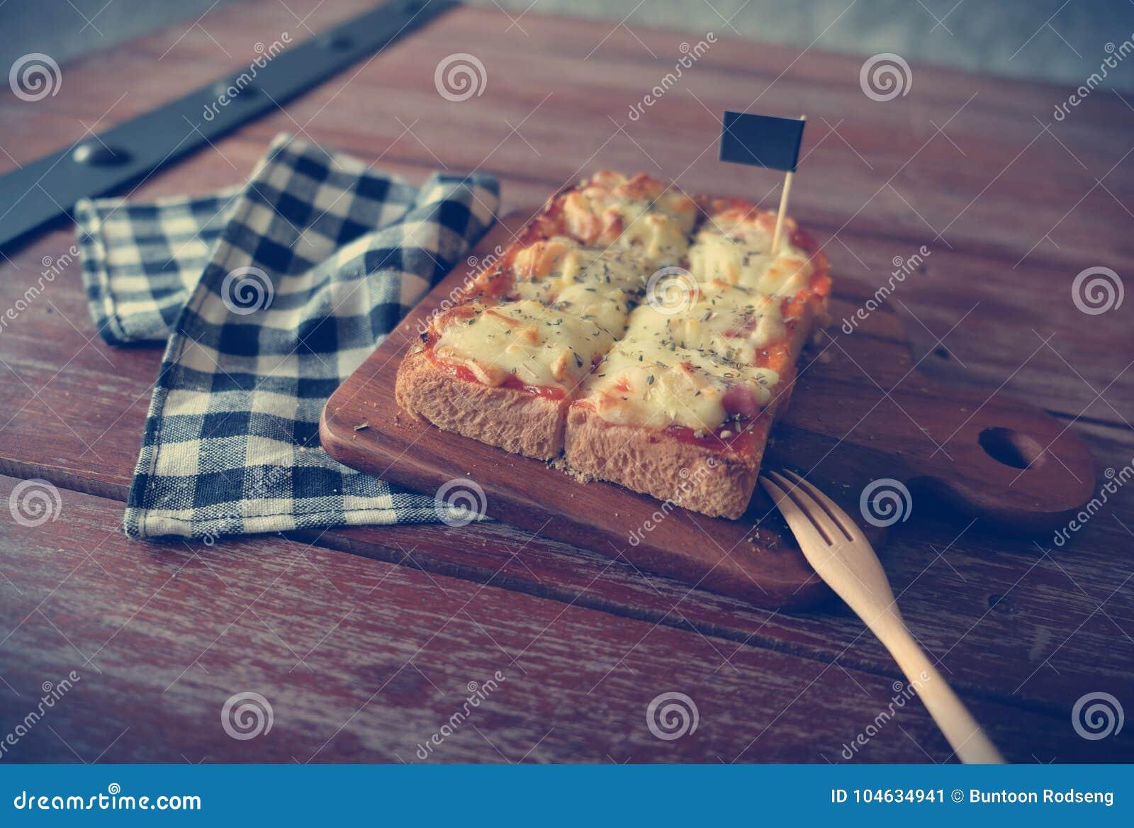 Download Pizza Geroosterd Brood Met Tomatensaus En Hamkaas Stock Afbeelding - Afbeelding bestaande uit heerlijk, peterselie: 104634941