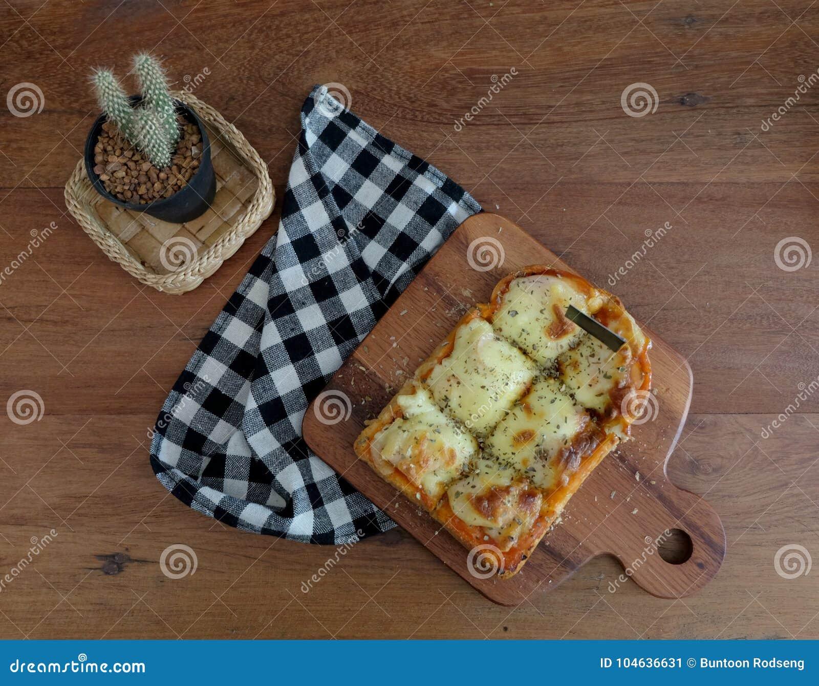 Download Pizza Geroosterd Brood Met Tomatensaus En Hamkaas Stock Afbeelding - Afbeelding bestaande uit achtergrond, plak: 104636631