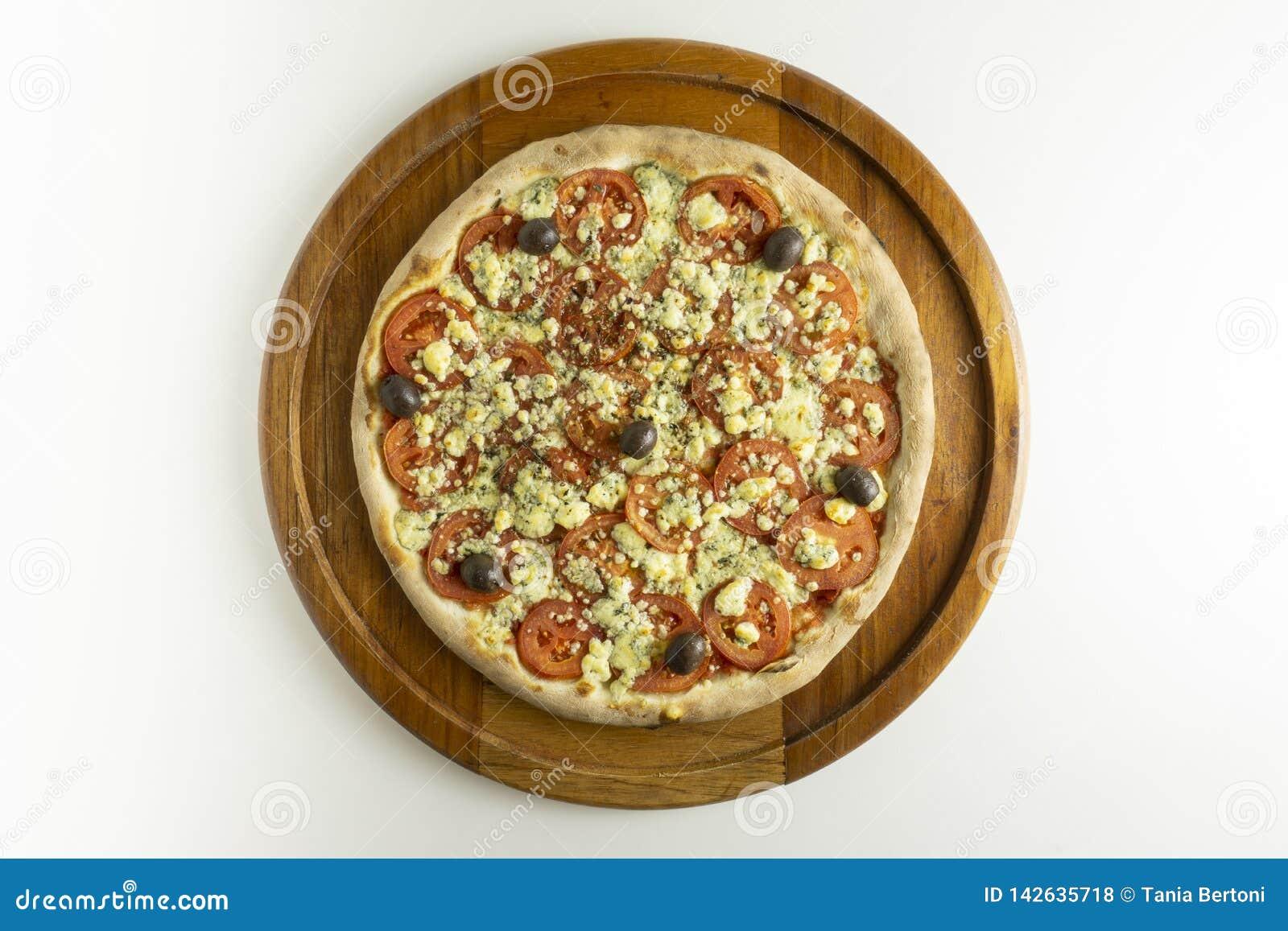 Pizza grande com molho de tomate, tomate, gorgonzola e azeitonas pretas no fundo branco