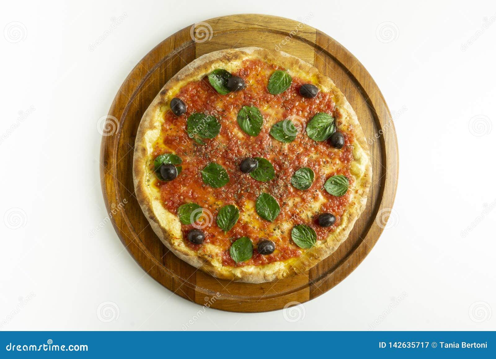Pizza grande com molho de tomate, manjericão e azeitonas pretas no fundo branco