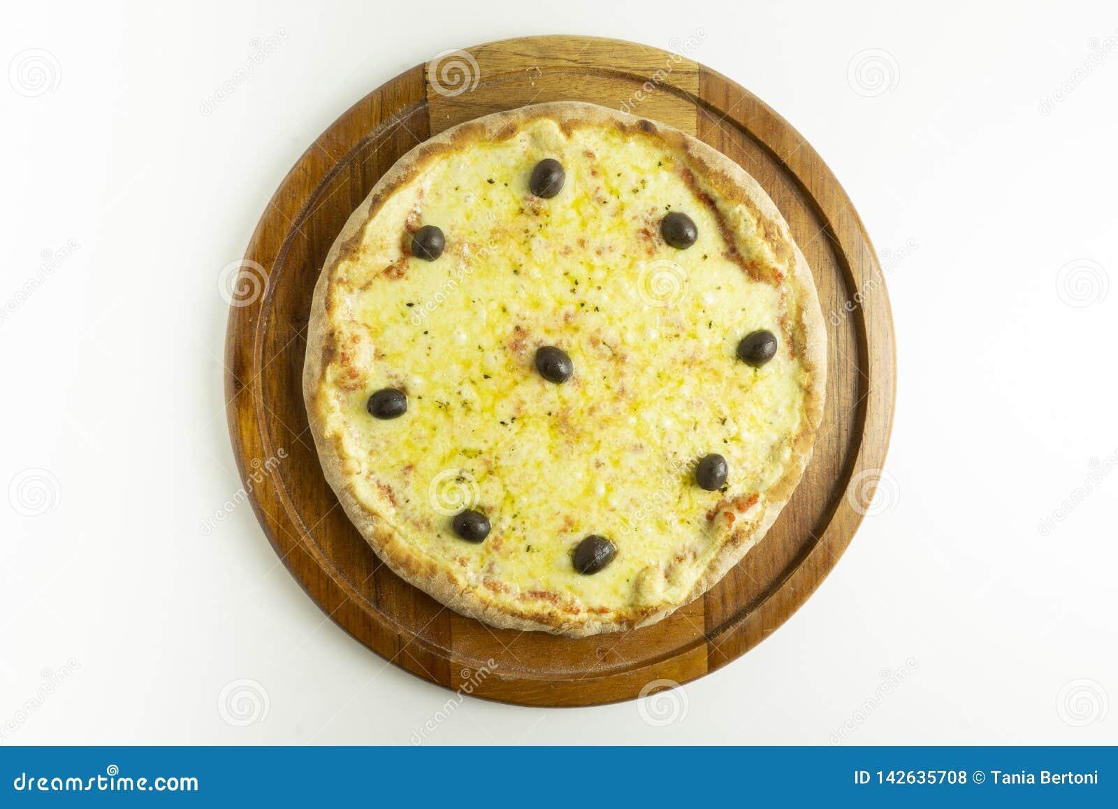 Pizza grande com mussarela e azeitonas verdes no fundo branco