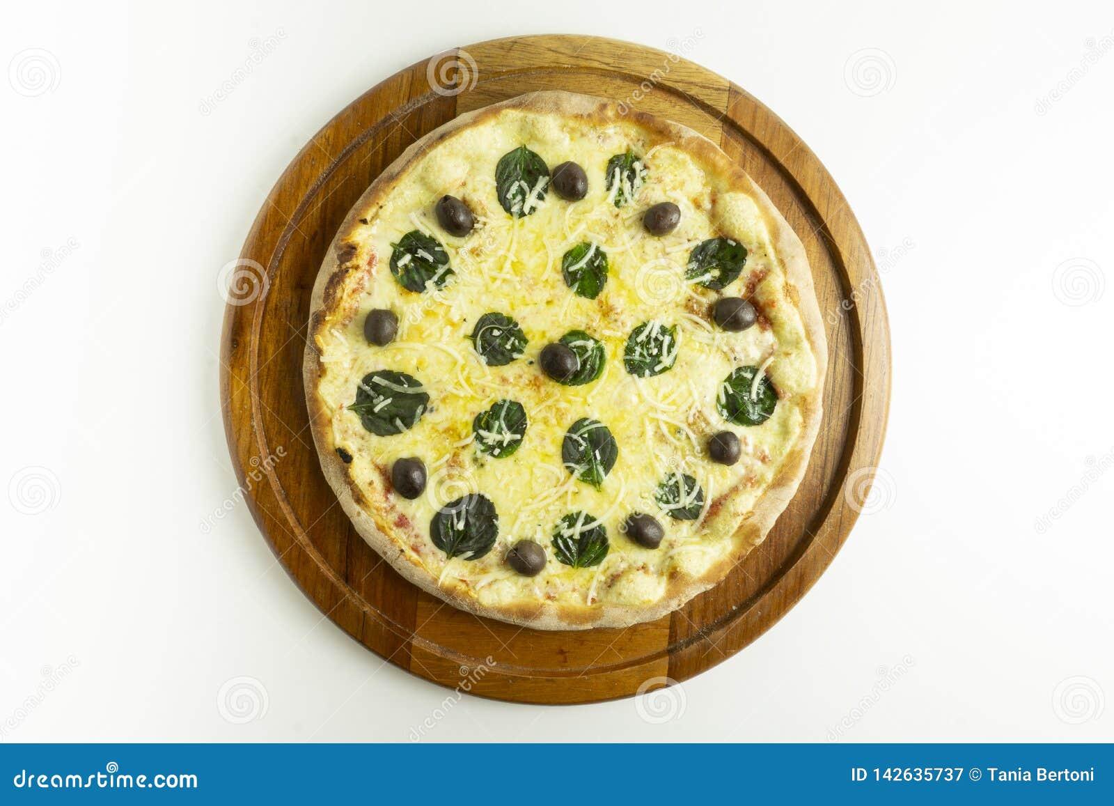 Pizza grande com mussarela, manjericão e azeitonas verdes no fundo branco