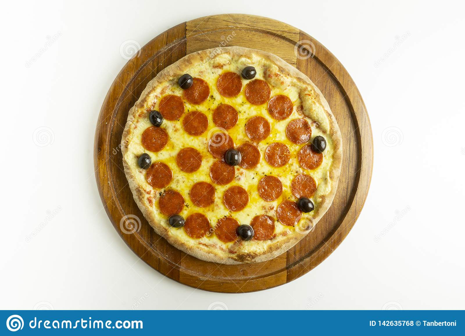 Pizza grande com mussarela, pepperoni e azeitonas pretas no fundo branco