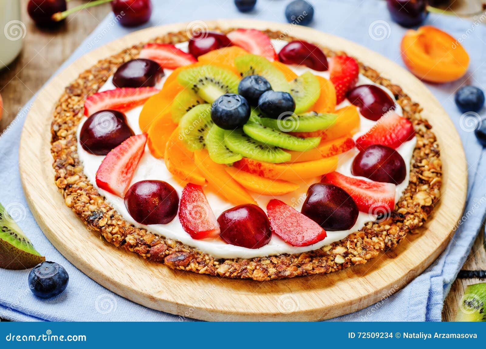 Pizza greca della prima colazione della frutta del granola del yogurt