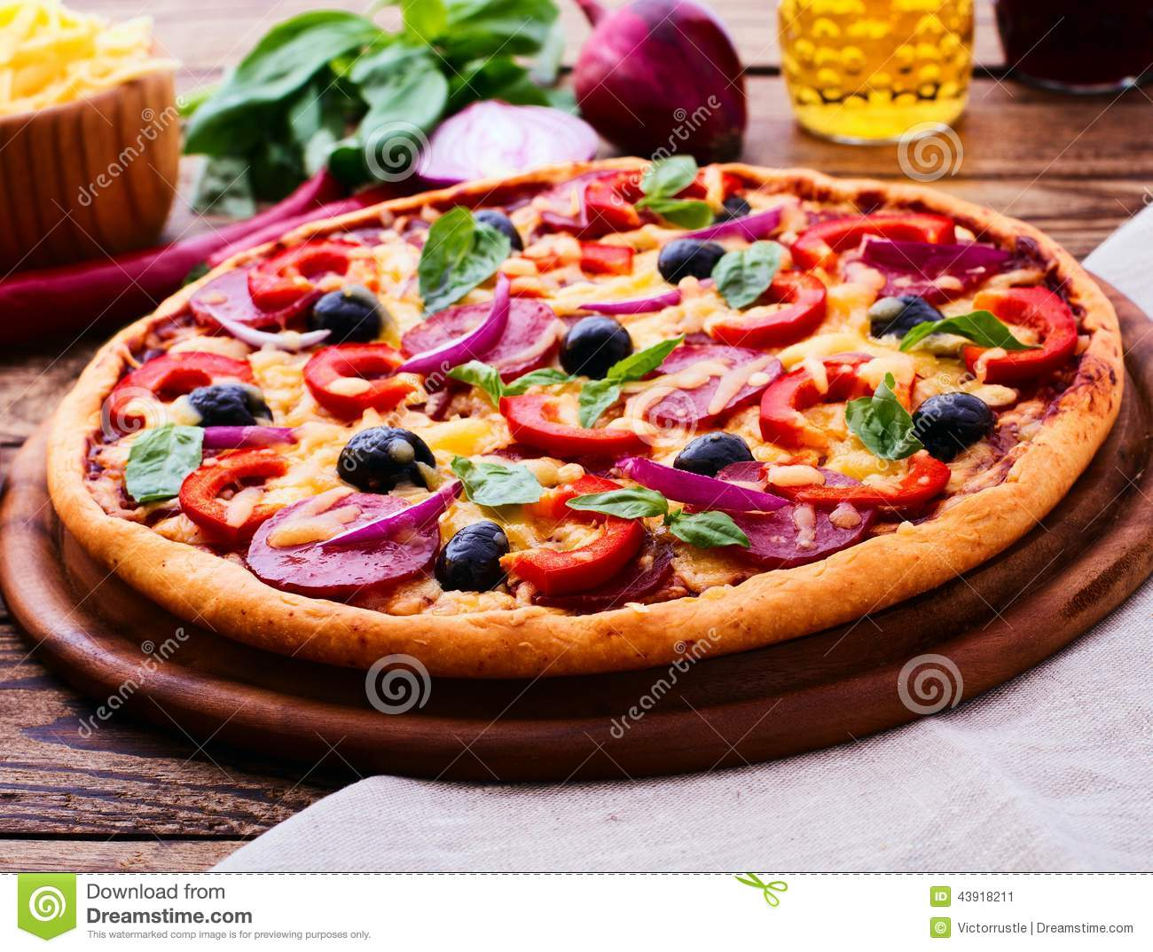 Pizza with ham pepper and olives delicious fresh pizza for Table a pizza
