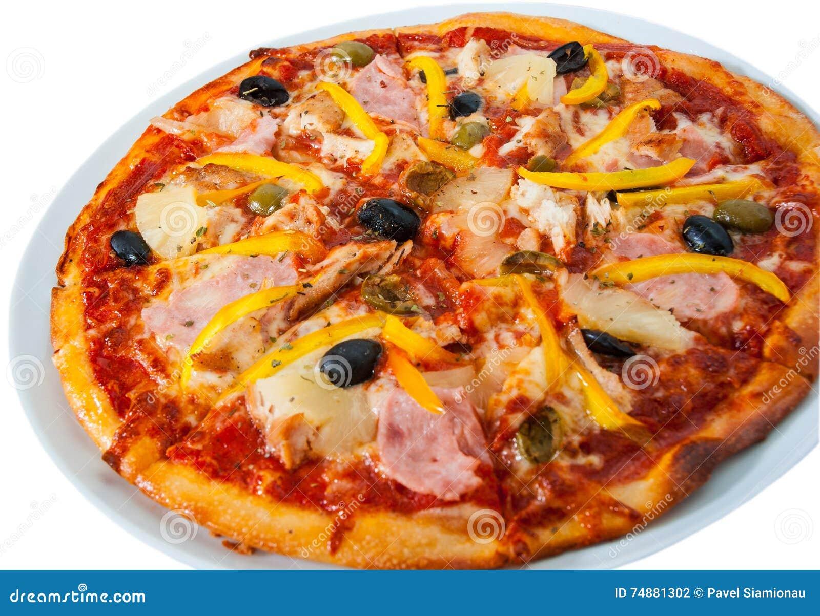 Pizza havaiana com o abacaxi, o presunto, a galinha, o queijo, as azeitonas e os vegetais isolados no branco