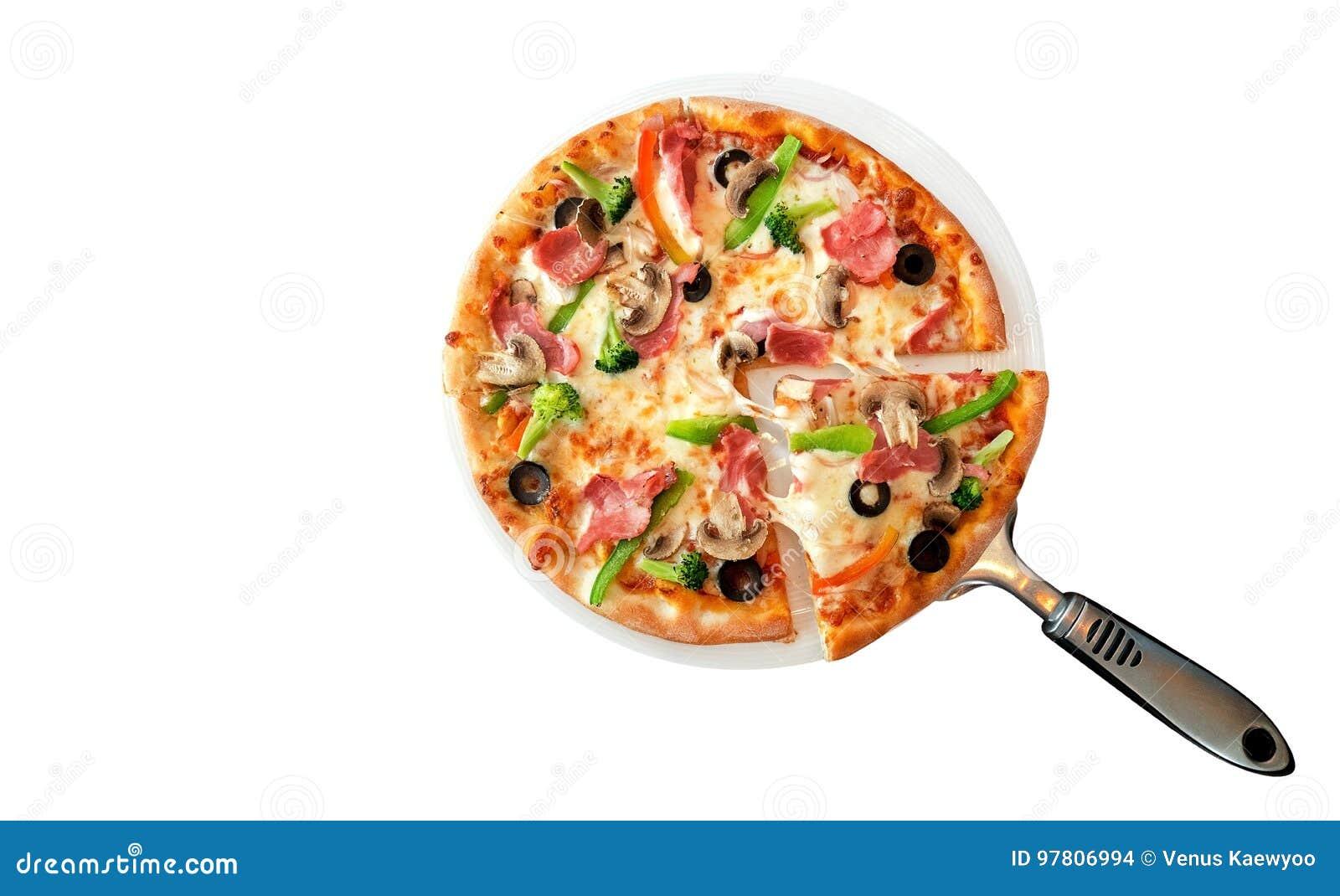 Pizza hecha en casa con el jamón y las setas aislados en el backgroud blanco, trayectoria