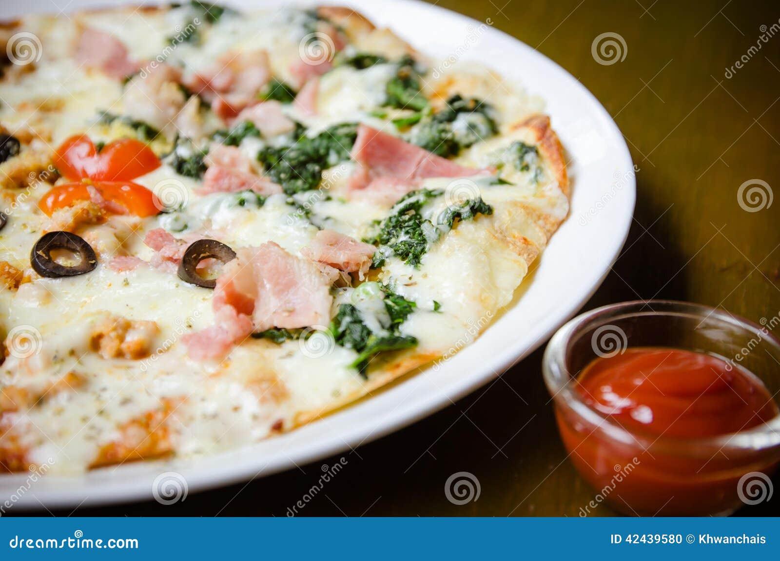 Pizza hecha en casa, medios salmones y media espinaca
