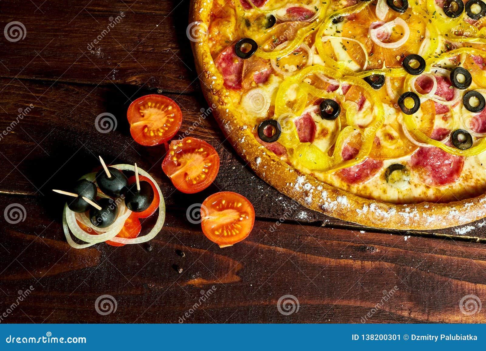 Pizza italiana con las aceitunas queso y salami