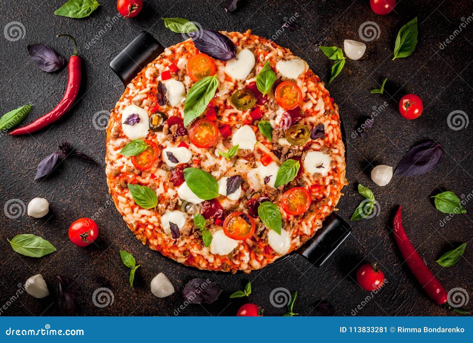 Pizza italiana con los ingredientes