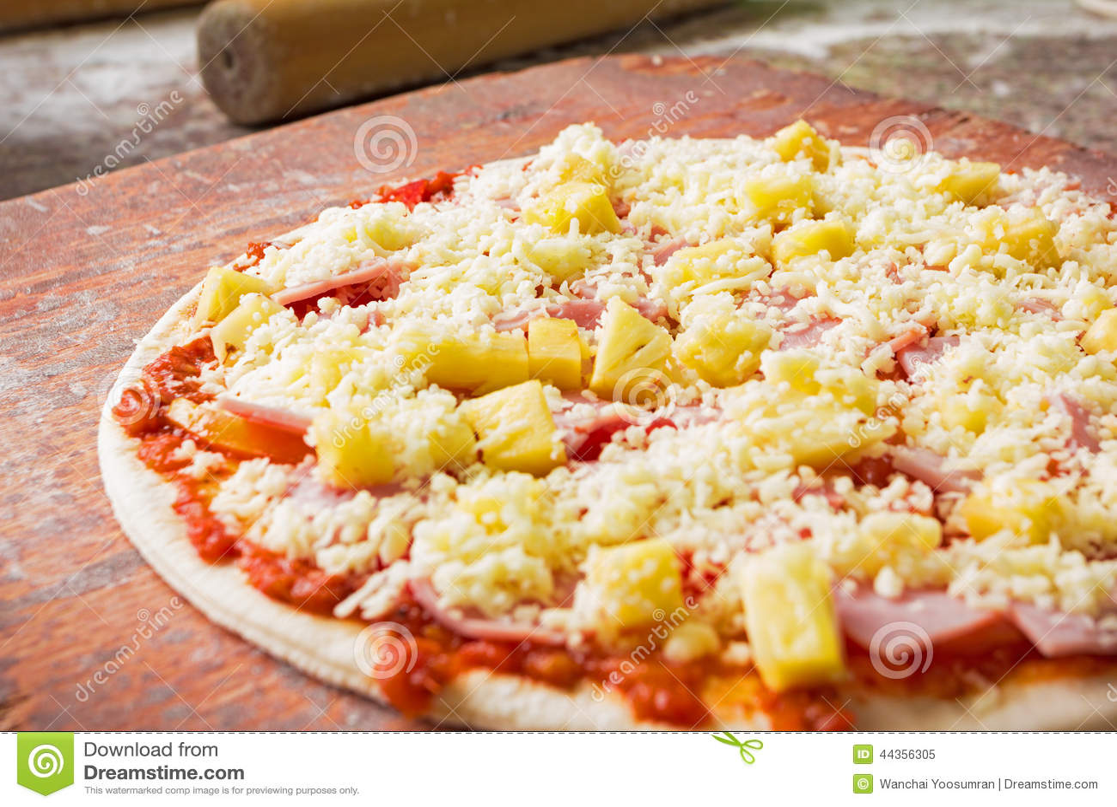 Pizza italiana cruda in cucina