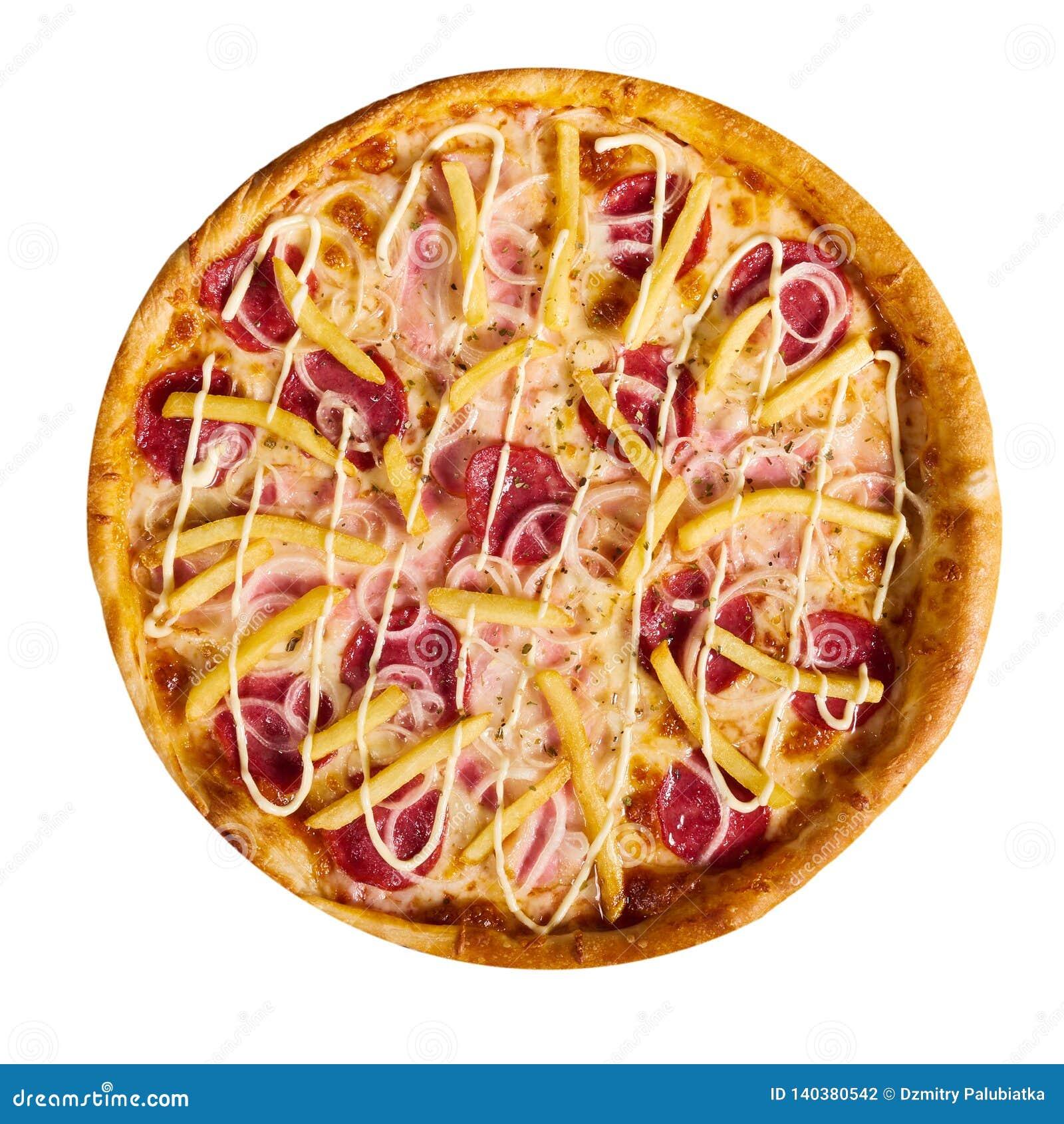 Pizza italiana deliciosa con las patatas fritas en el fondo blanco, aislado