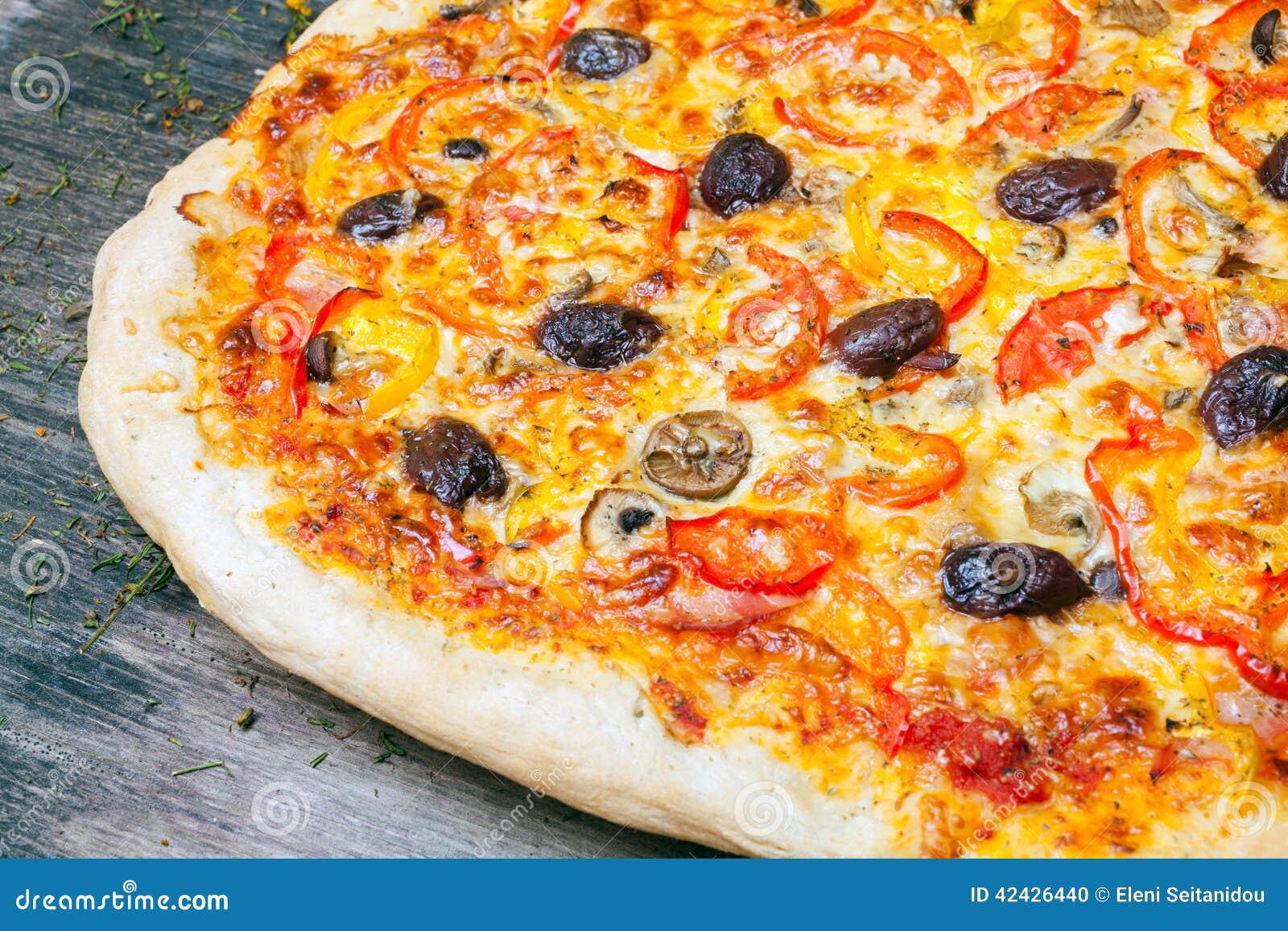 Pizza italiana deliciosa servida en la tabla de madera