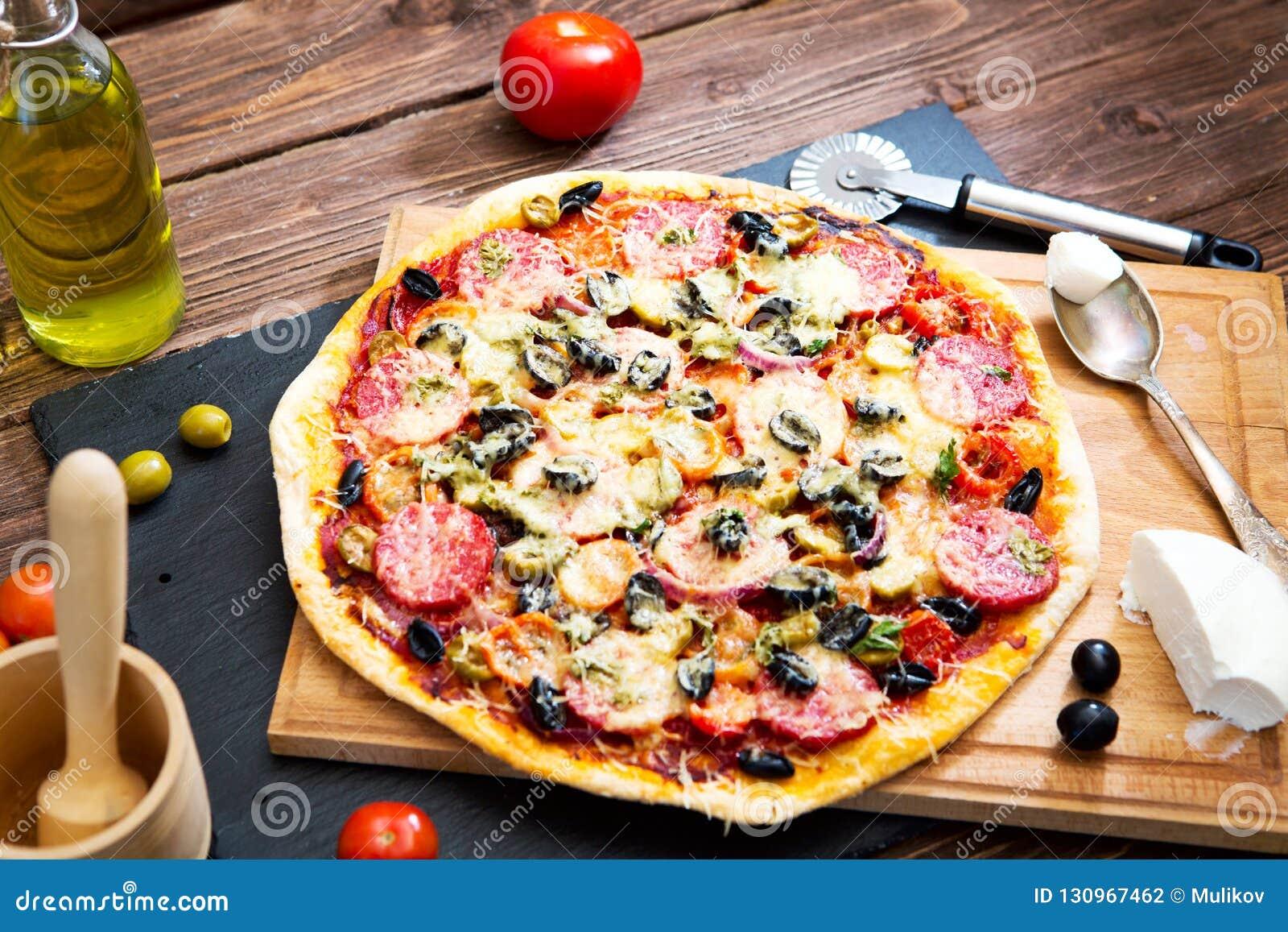 Tavola Da Mangiare.Pizza Italiana Merguez Casalinghe Calde Sulla Pizza Di Legno