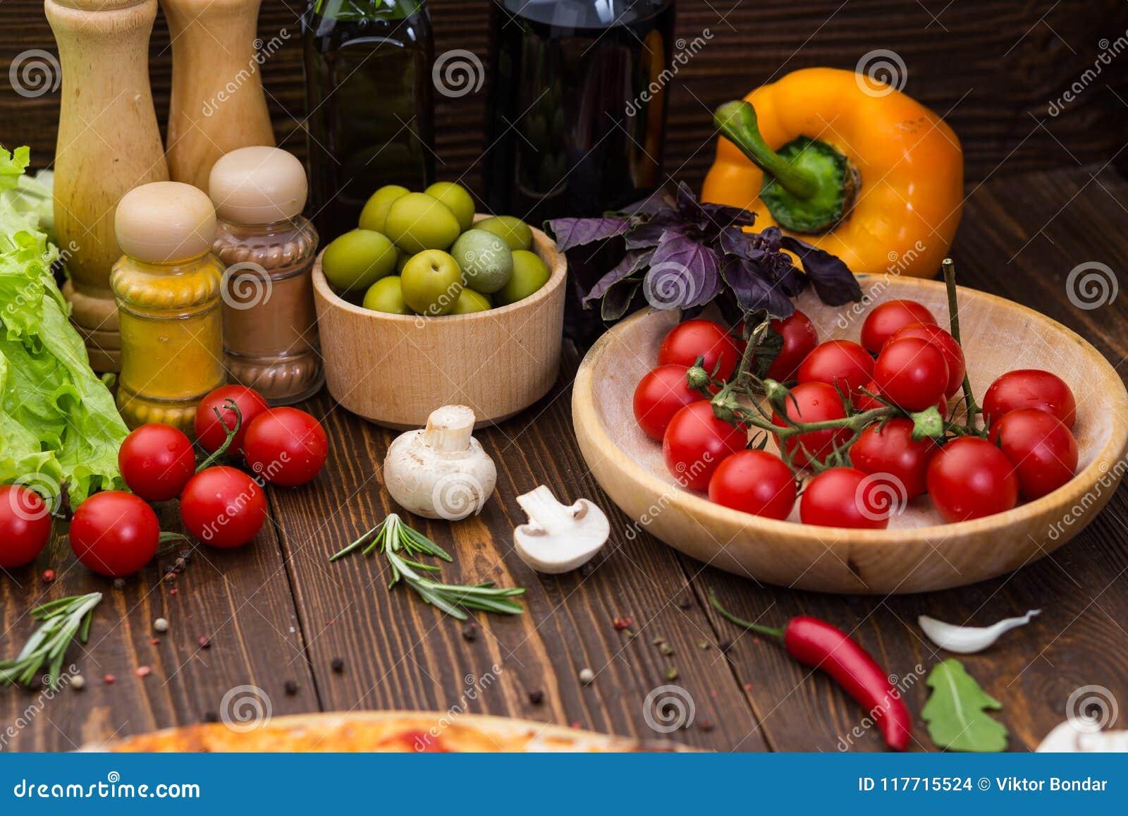 Pizza kokende ingrediënten Deeg, groenten, kaas en kruiden