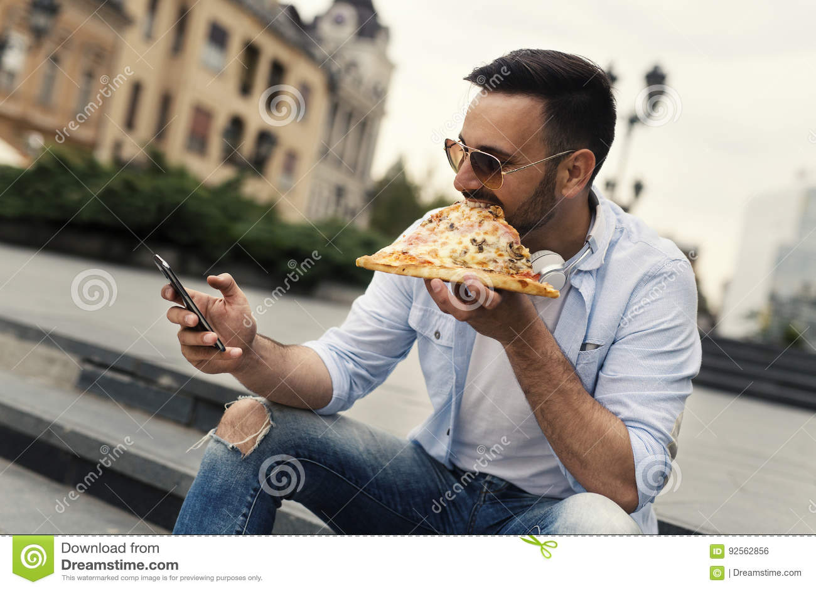 Pizza mangiatrice di uomini giovane