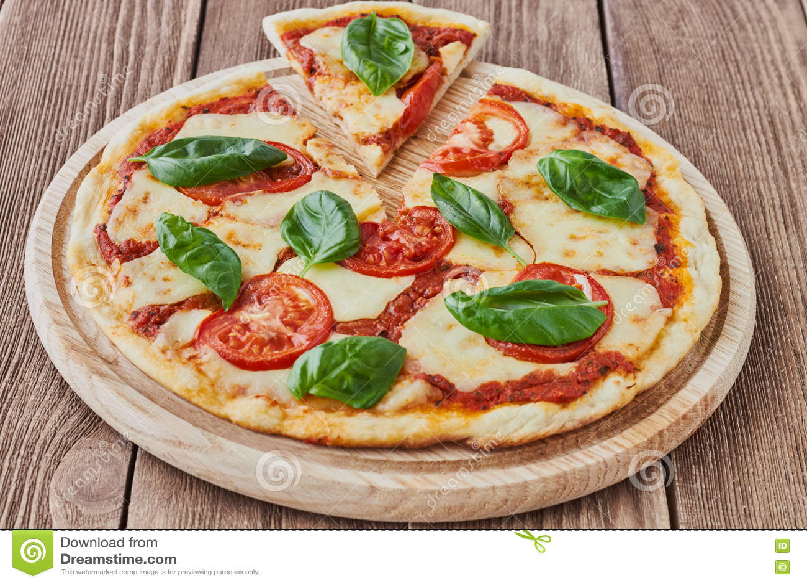 pizza margherita mit tomaten mozzarella und basilikum. Black Bedroom Furniture Sets. Home Design Ideas