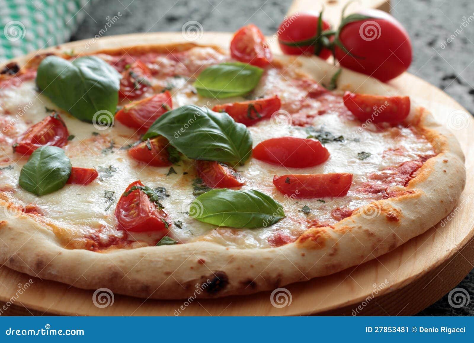 Pizza Margherita z pomidorem i basilem