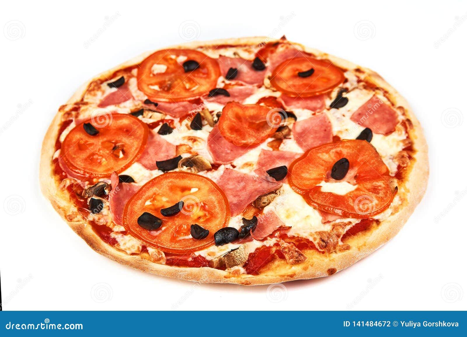 Pizza med bacon, tomater, oliv och champinjoner på vit bakgrund