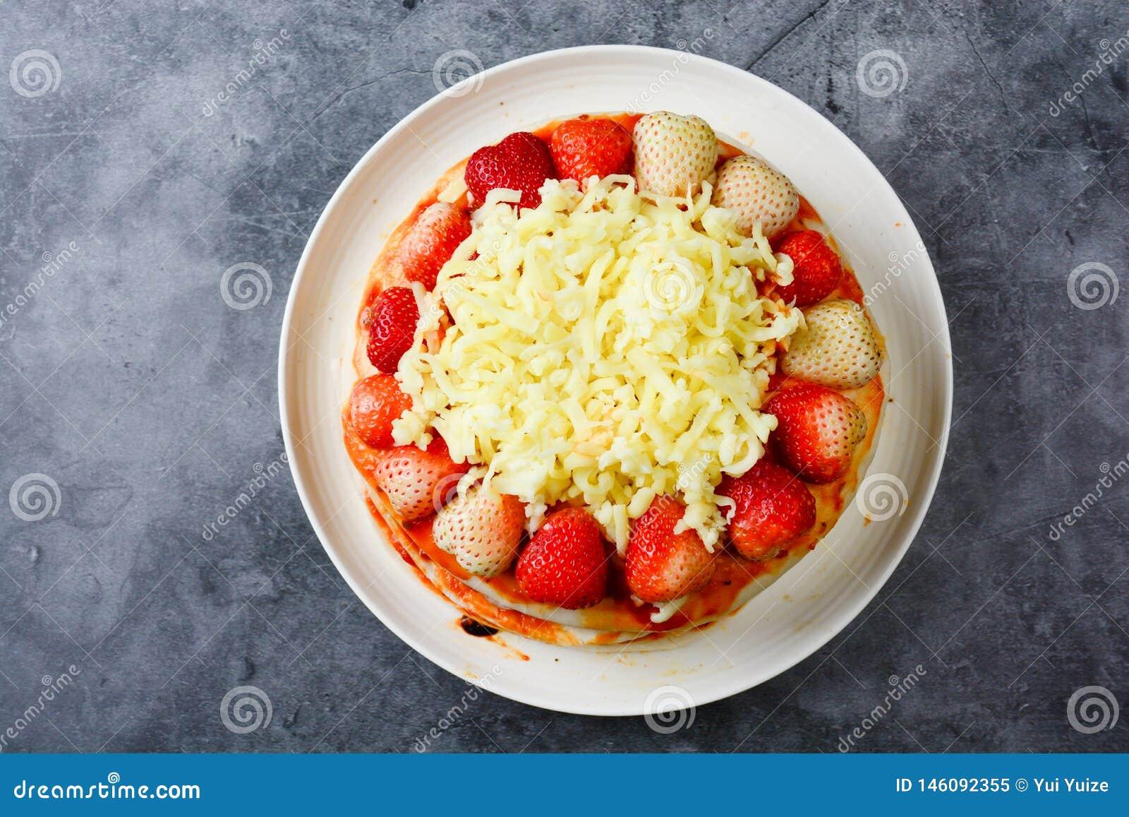 Pizza med jordgubben och ostar
