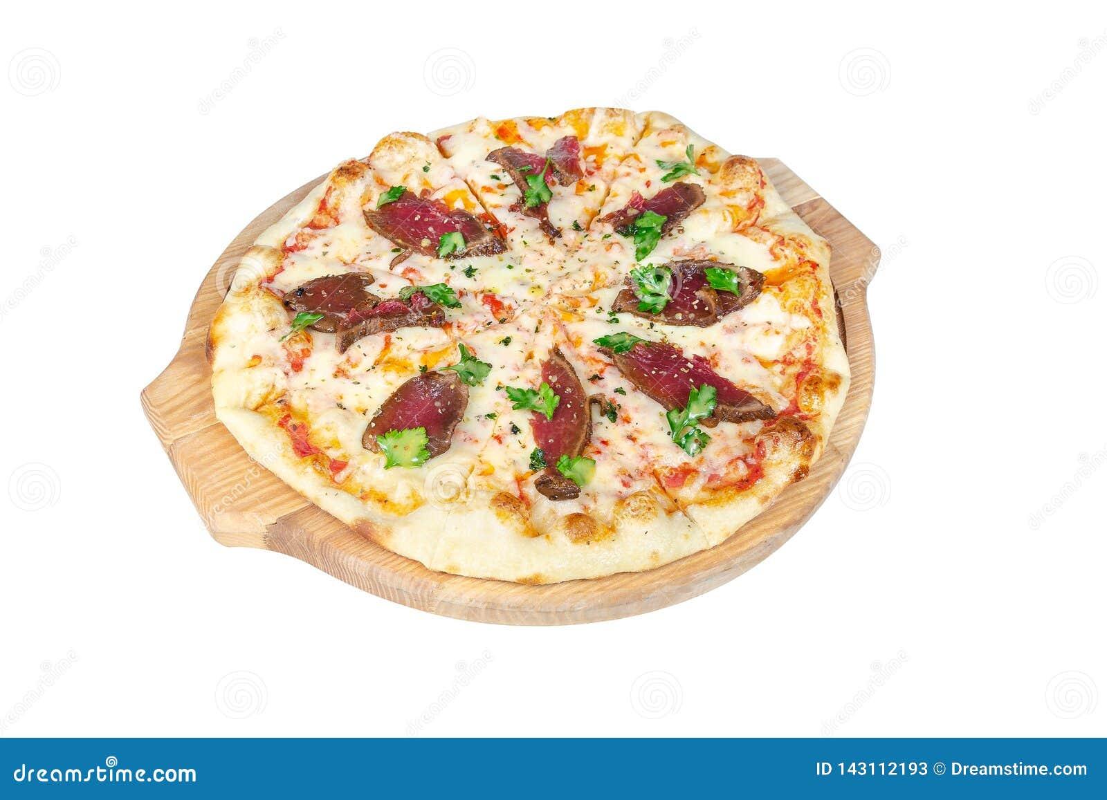 Pizza med steknötkött, ost och gräsplaner på en rund skärbräda som isoleras på vit bakgrund