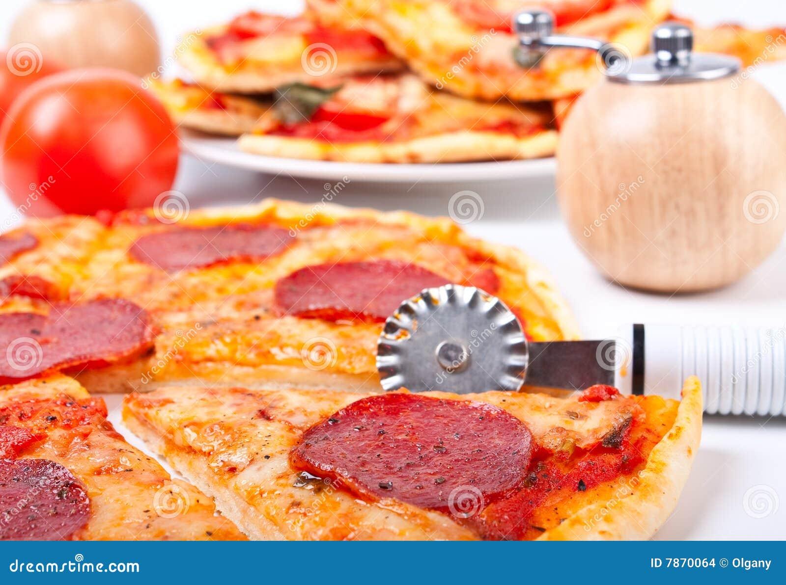 Pizza met een pizza-mes