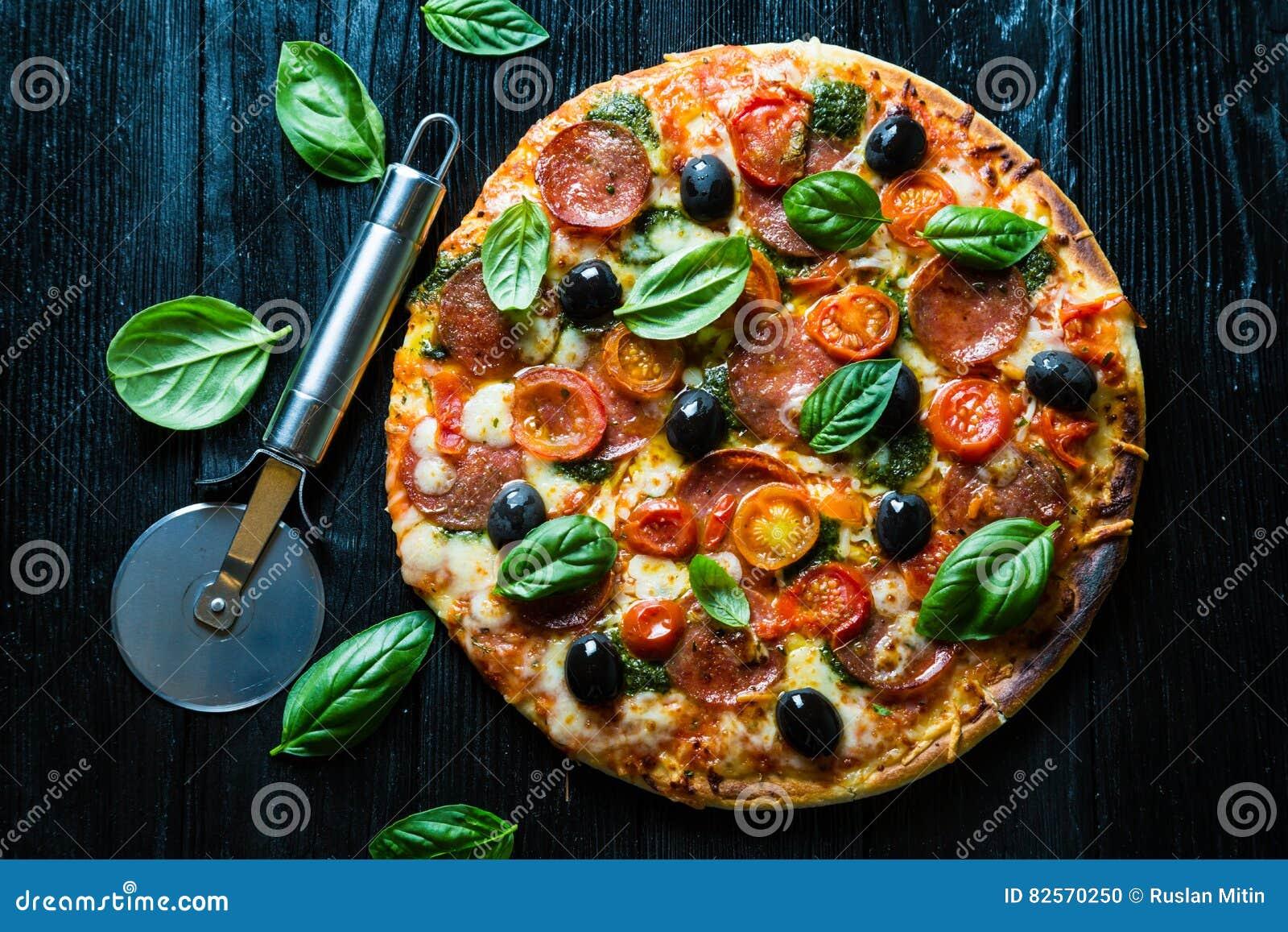 Pizza met salami,