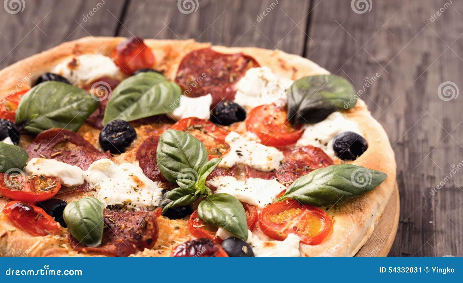 Pizza met salami en mozarellaclose-up rustieke stijl