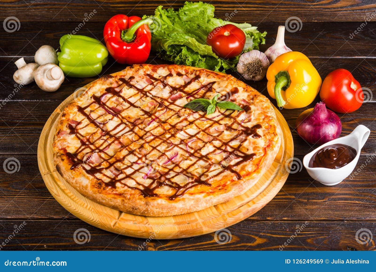 Pizza met ui, bacon en barbecuesaus
