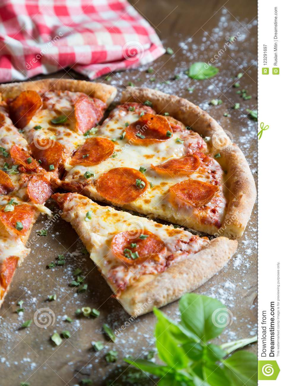 Pizza mit Pepperonis