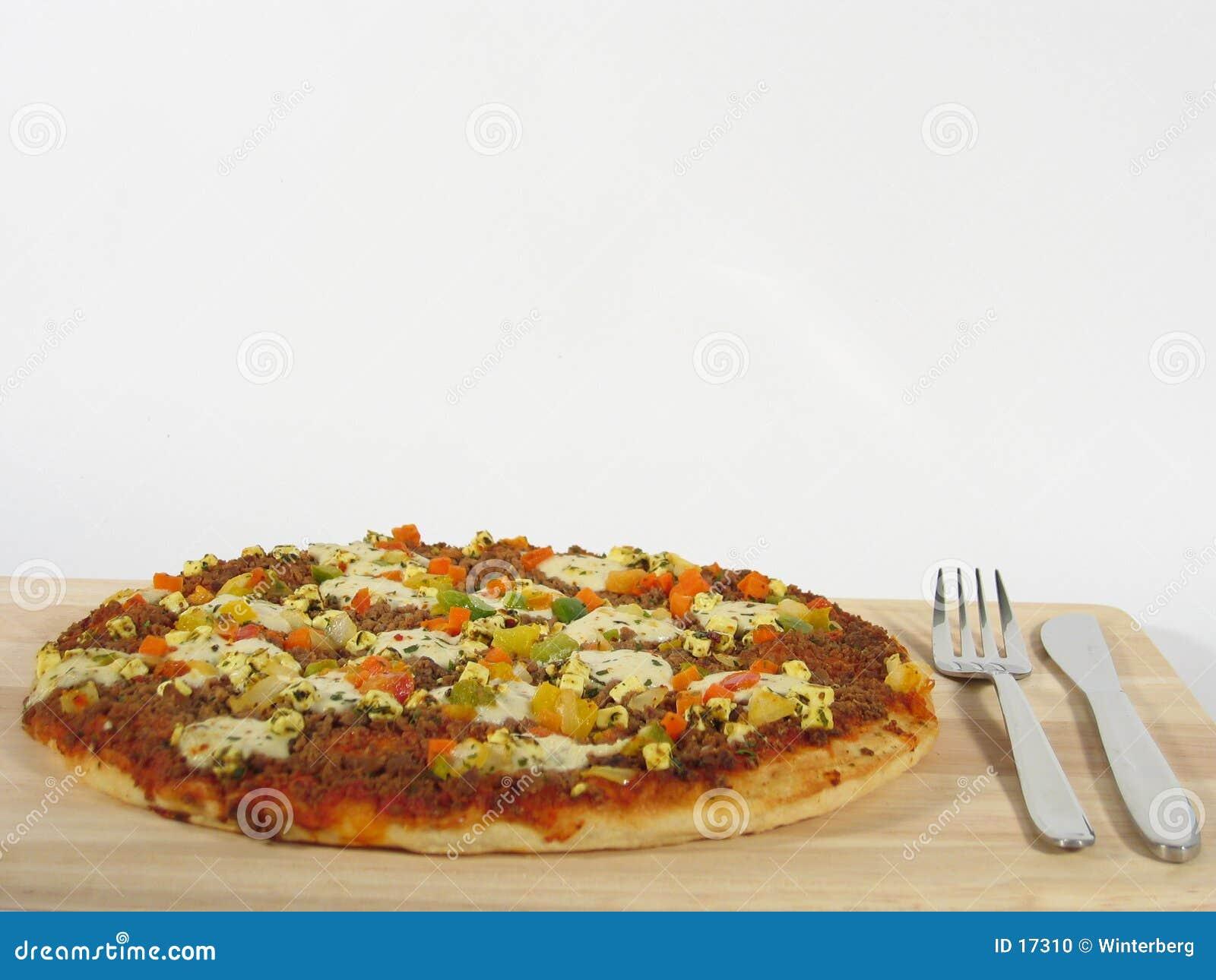 Pizza mit Tischbesteck