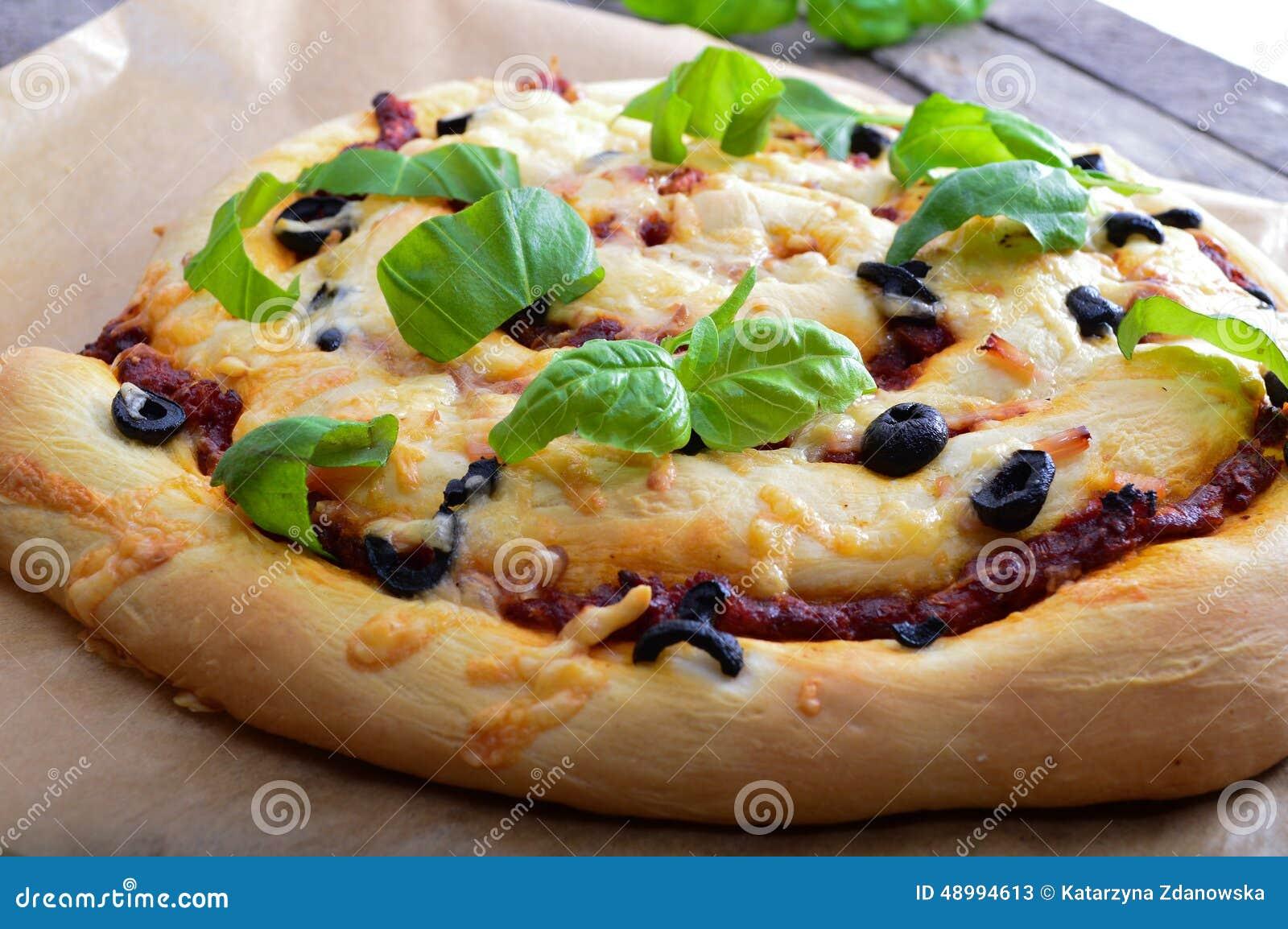 pizza mit tomatensauce und basilikum gesund di tpizza stockfoto bild 48994613. Black Bedroom Furniture Sets. Home Design Ideas