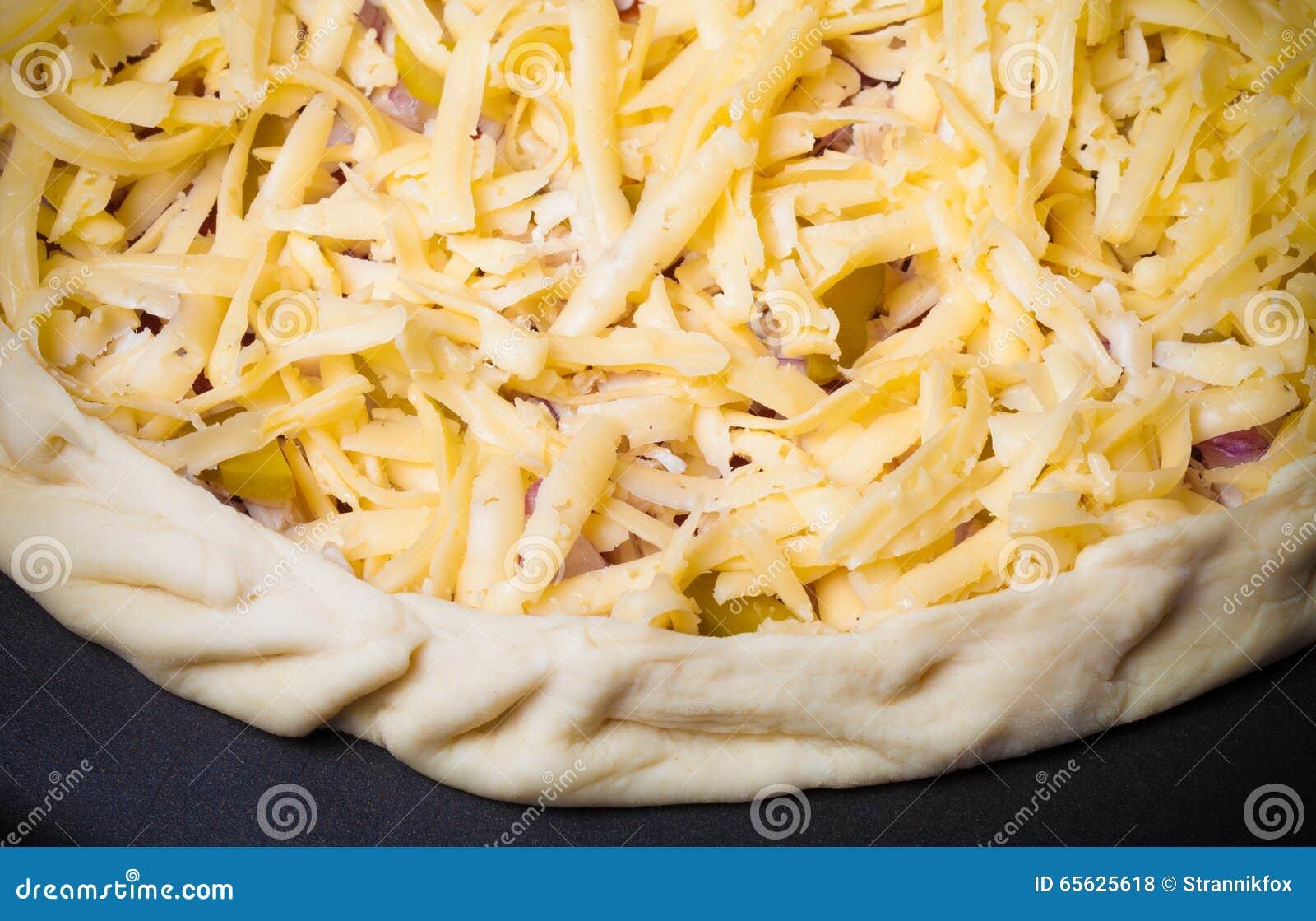 Pizza non préparée avec du fromage râpé toned