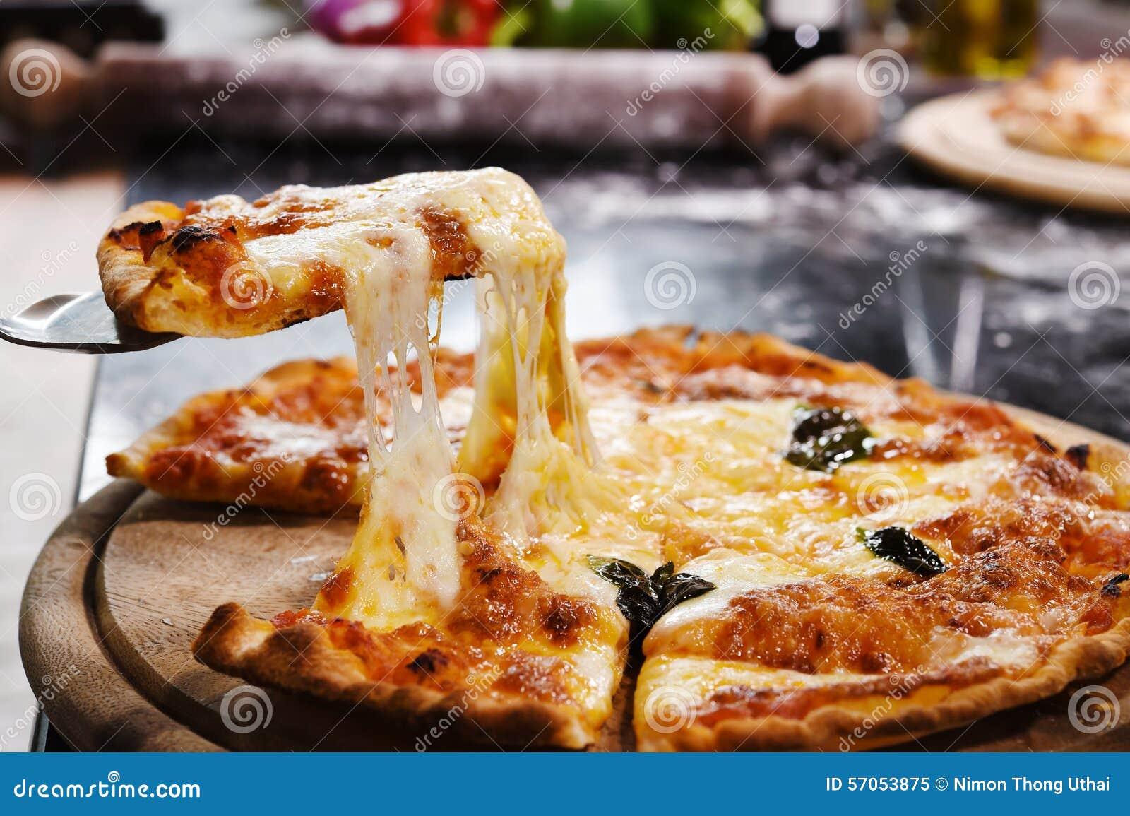 Pizza op houten achtergrond