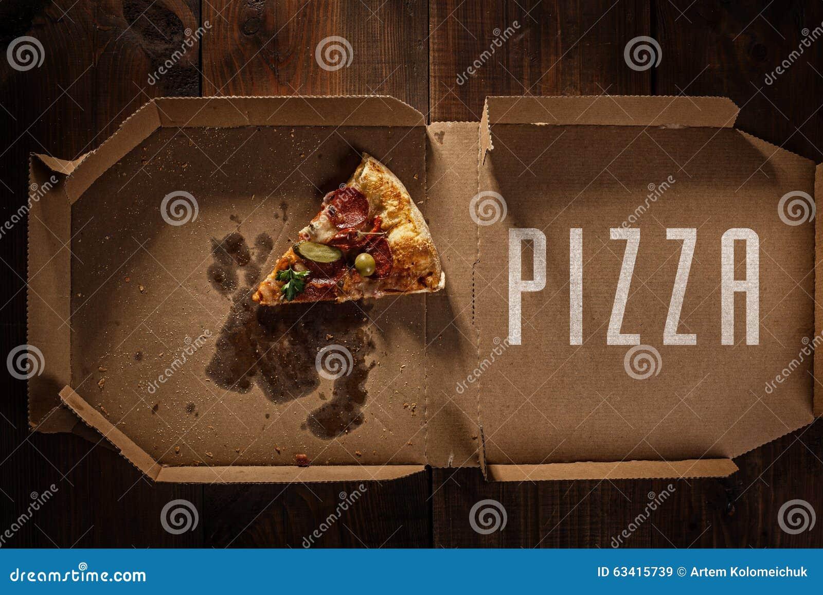 Pizza plasterek w w dostawy pudełku na drewnie