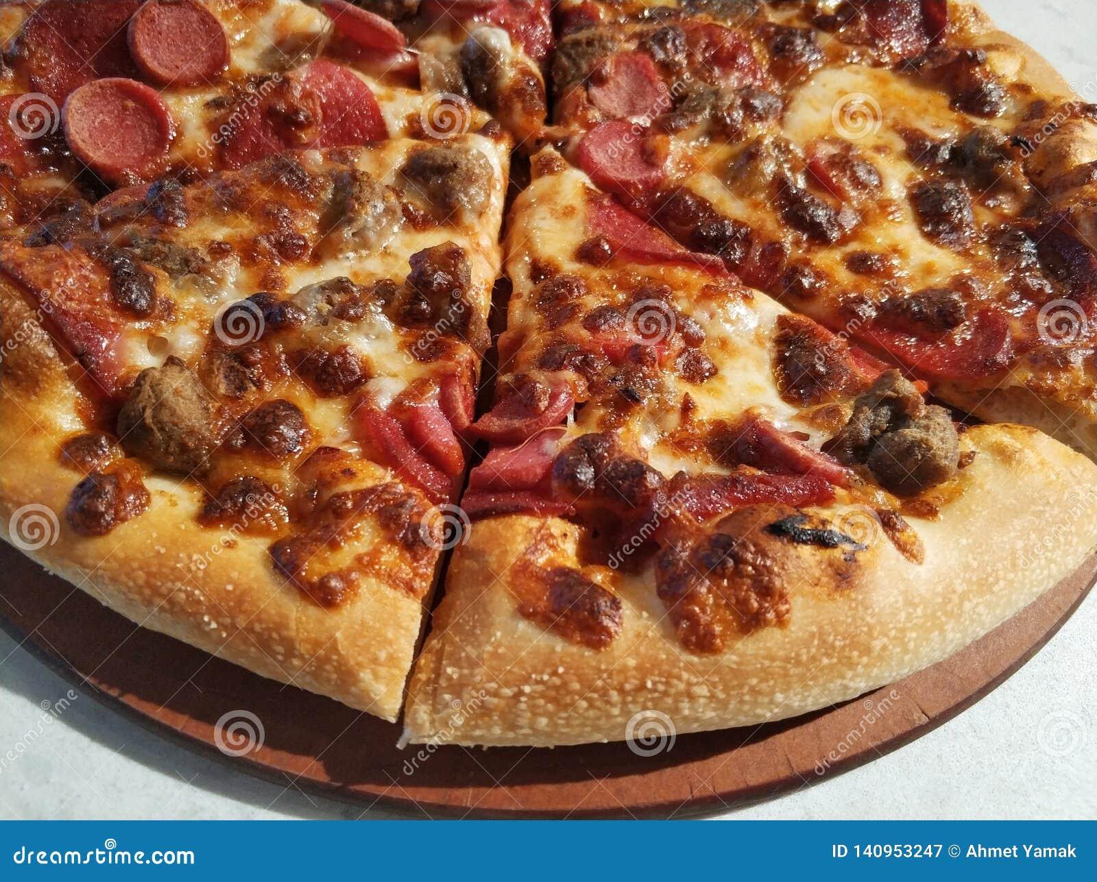Pizza, pokrojona pizza na stole