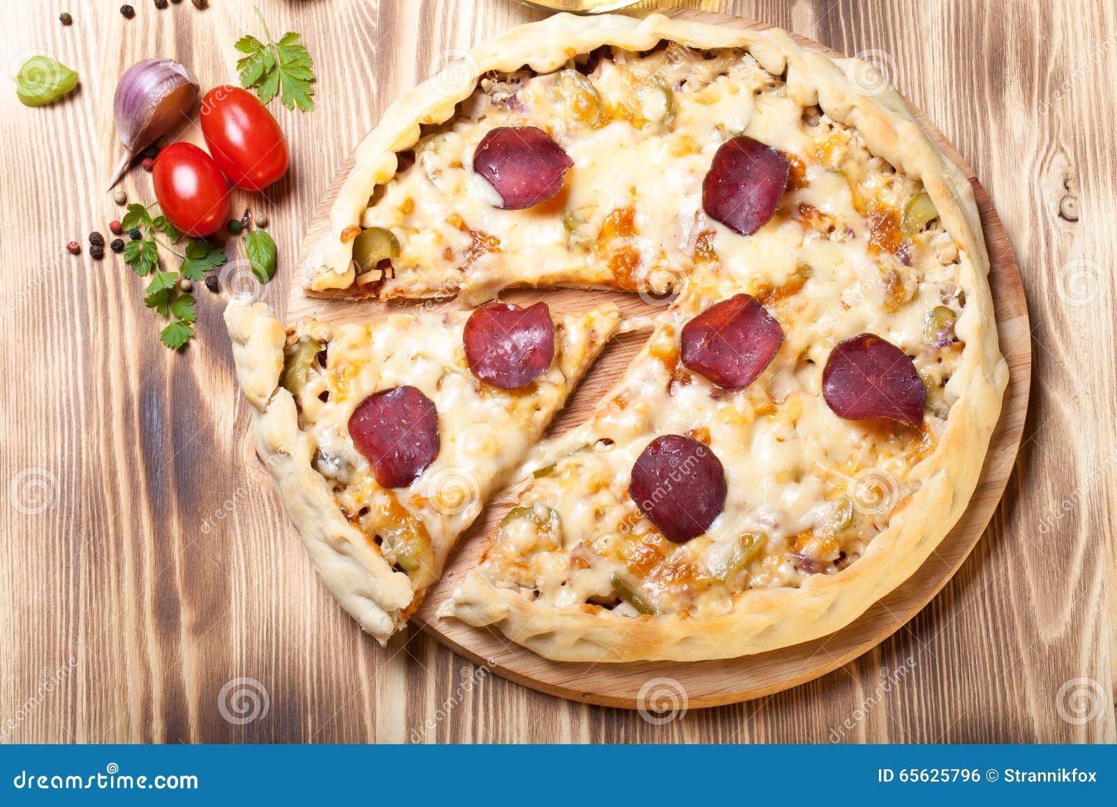 Pizza préparée avec du fromage fondu