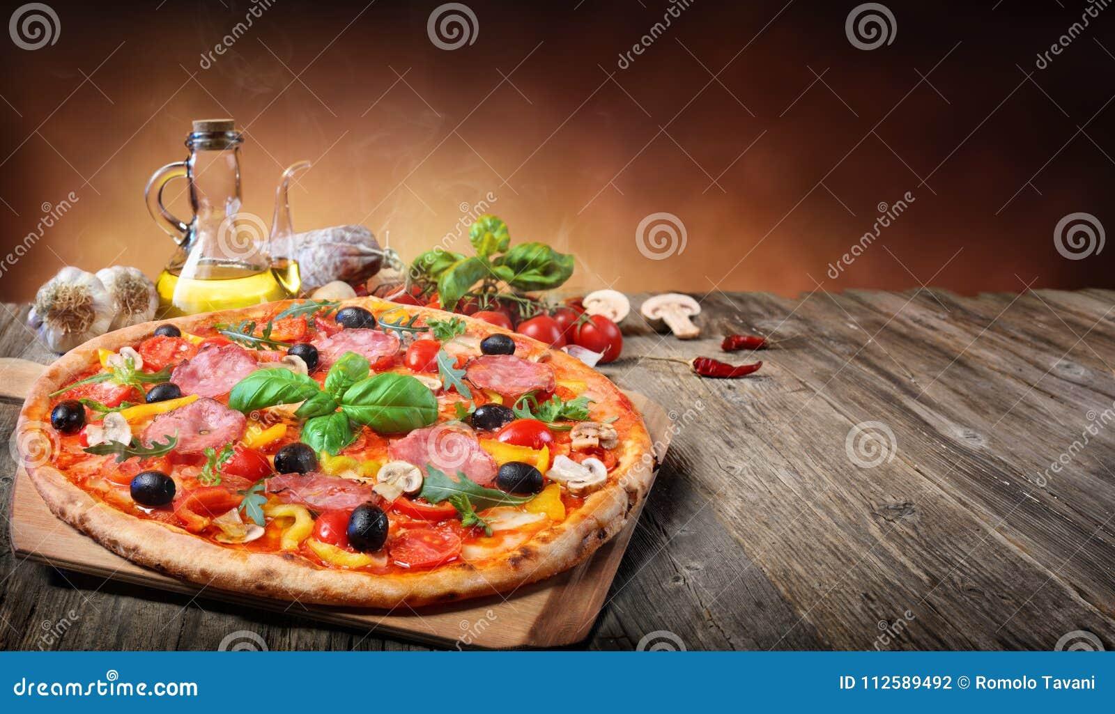 Pizza quente servida na tabela velha