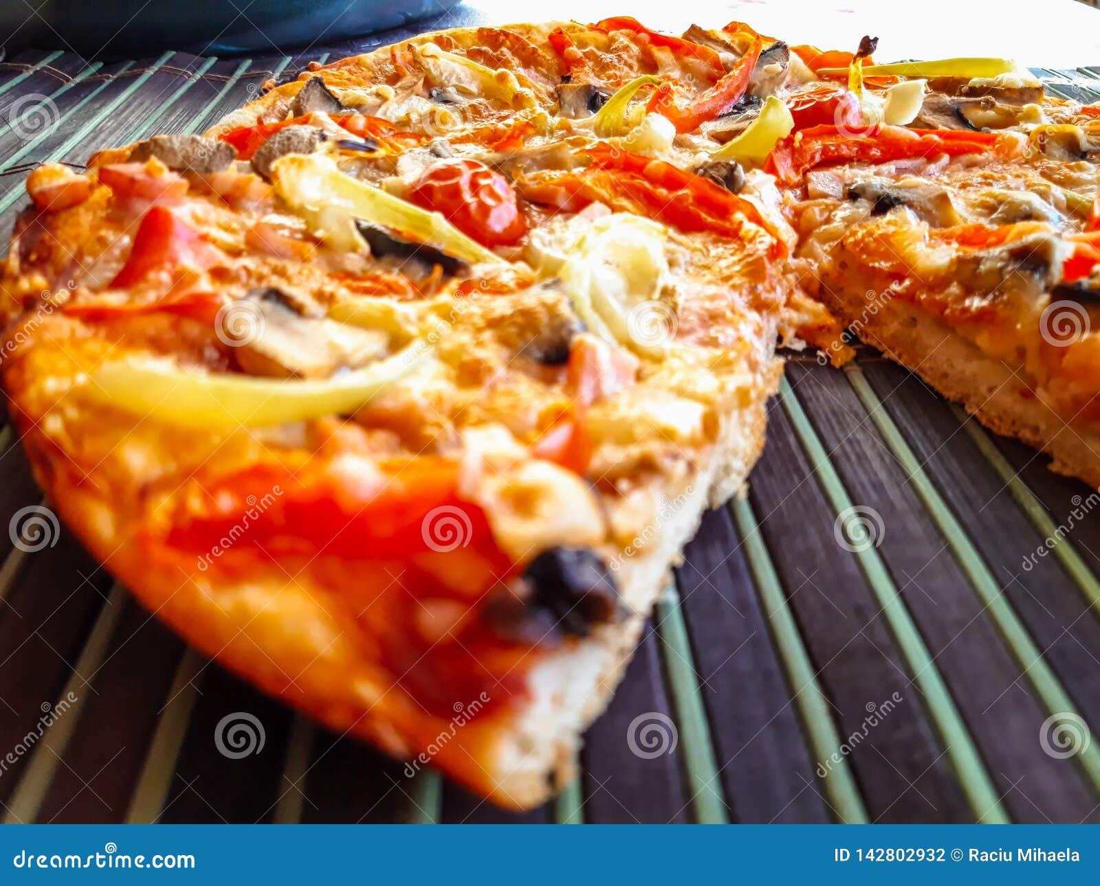 Pizza recentemente cozida com presunto