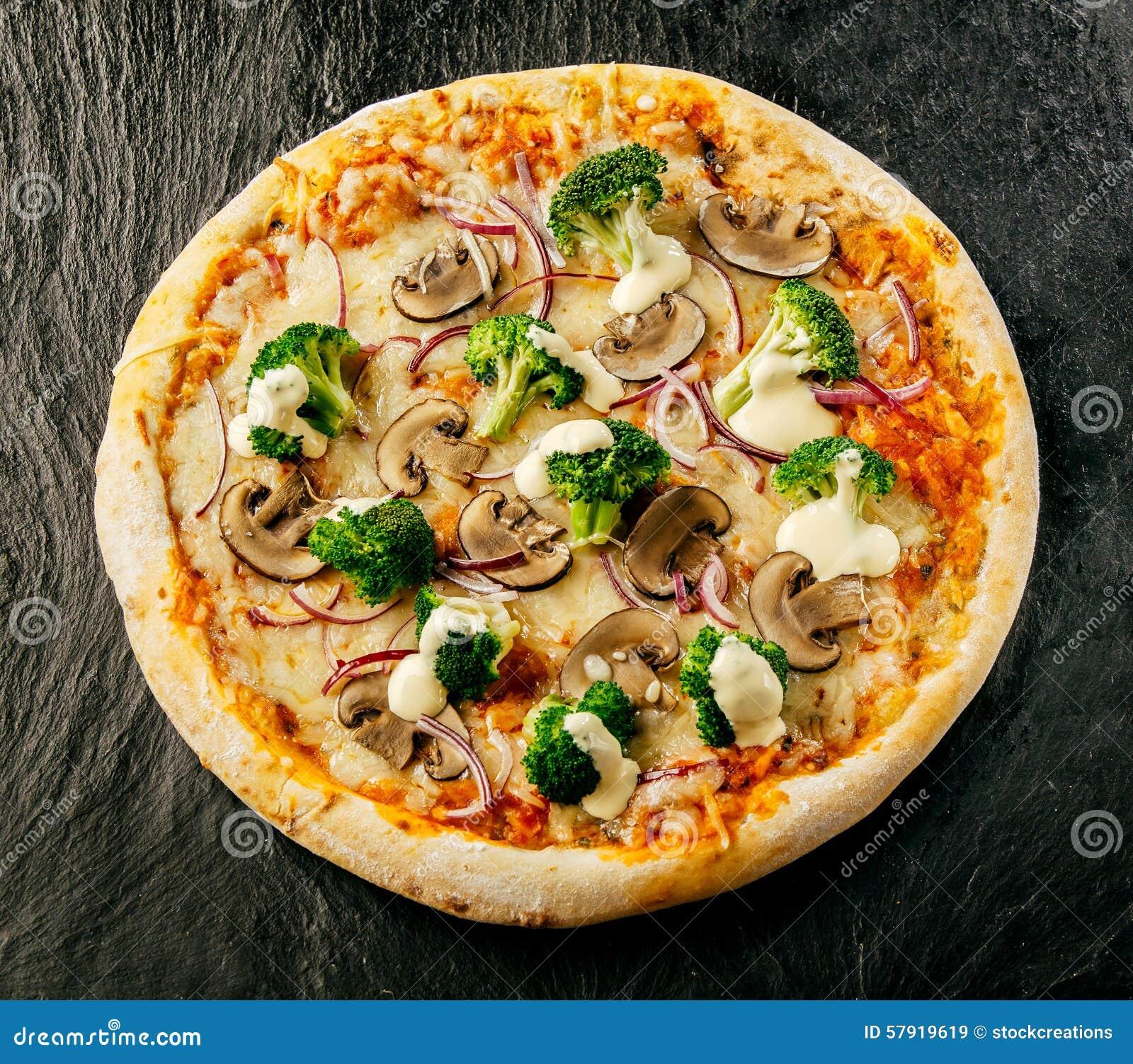 Pizza sabrosa sin cortar del italiano del bróculi y de la seta