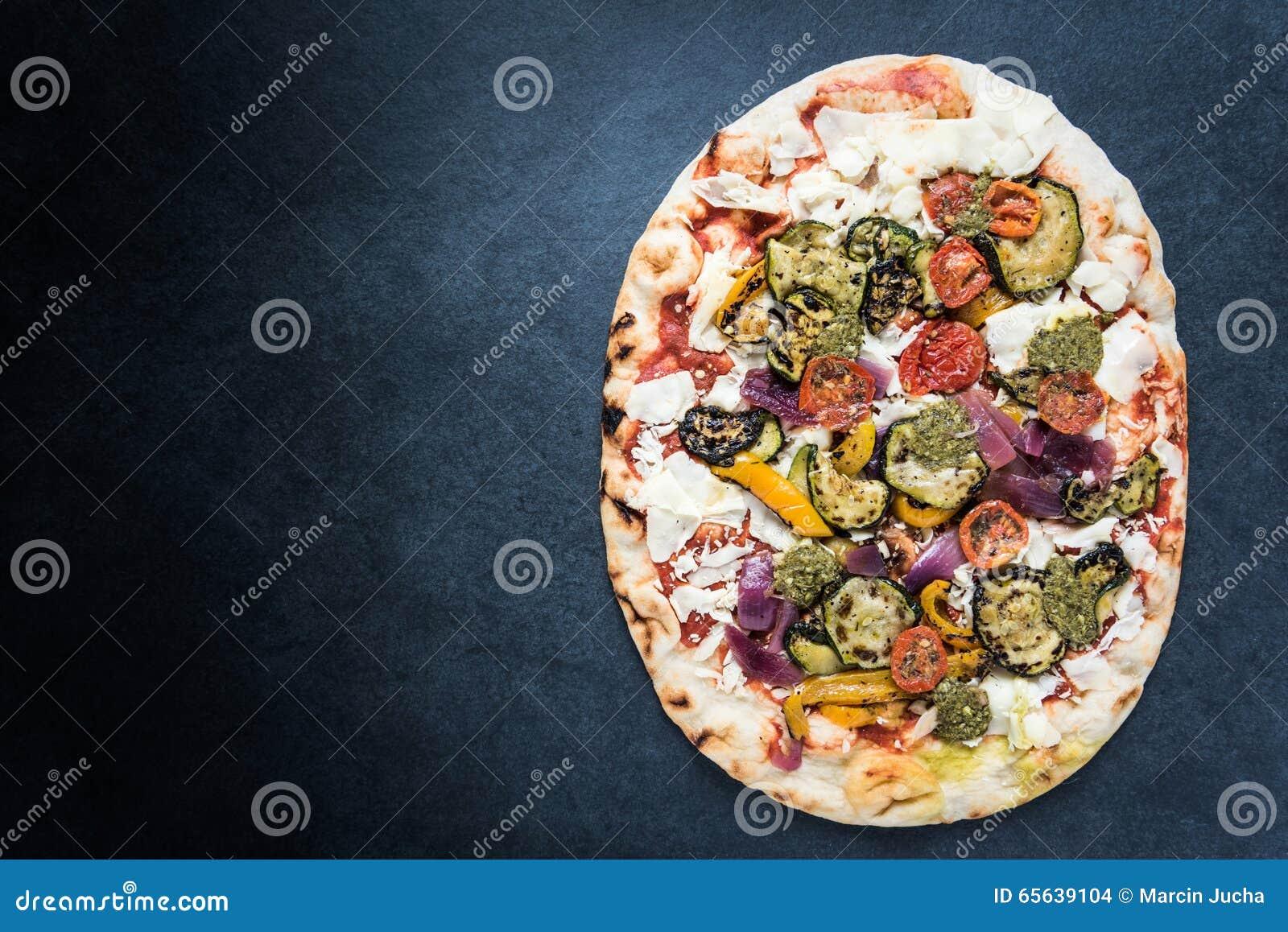 Pizza traditionnelle du feu en bois, fond de frontière