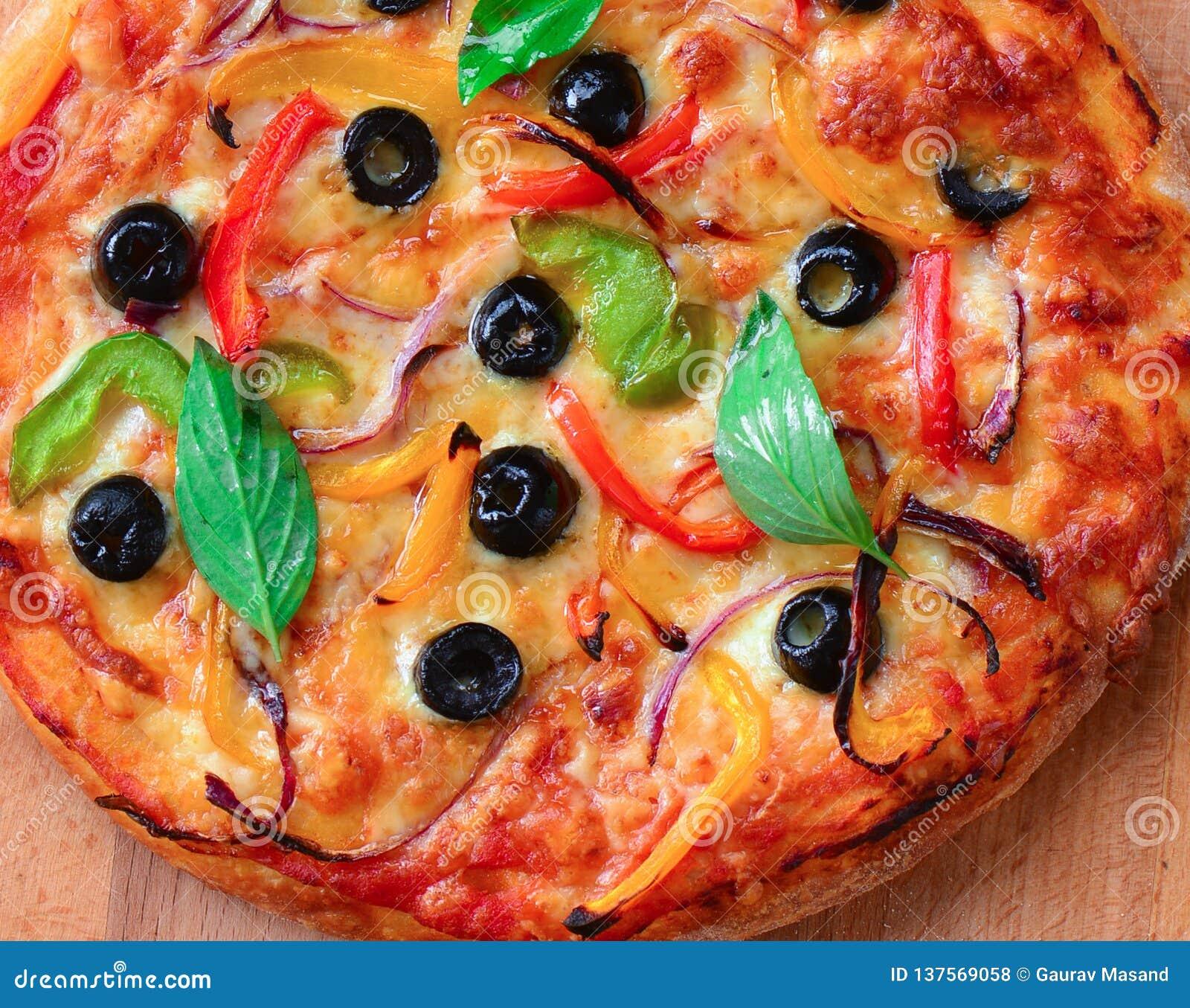 Pizza végétarienne cuite au four sur la pierre de pizza