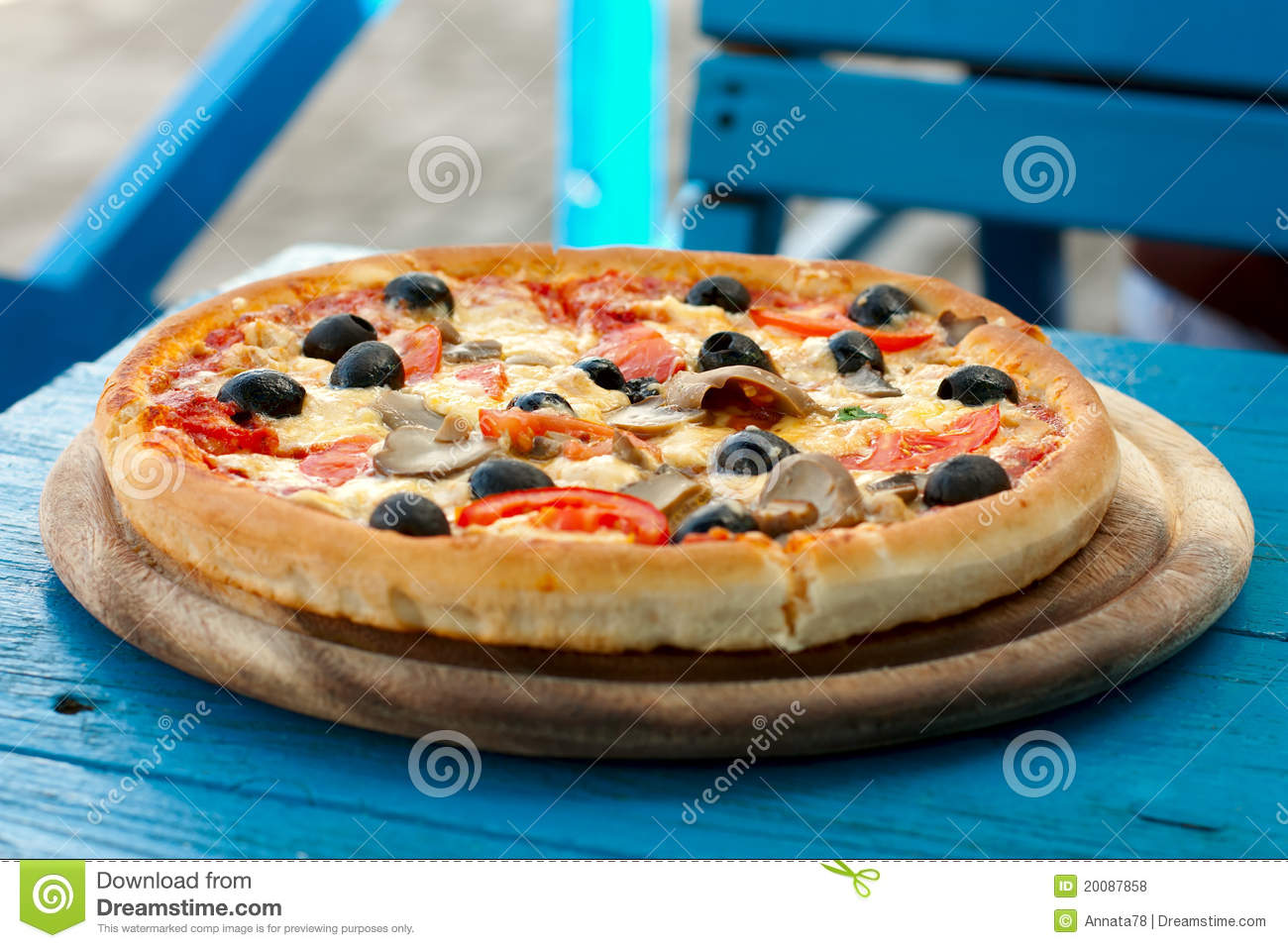Pizza on a wood table royalty free stock photos image for Table a pizza