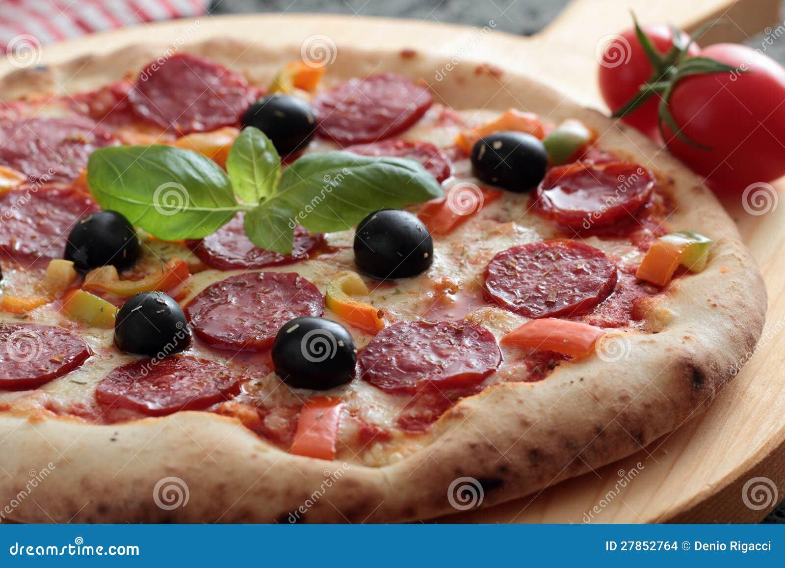 Pizza z salame i pepperoni