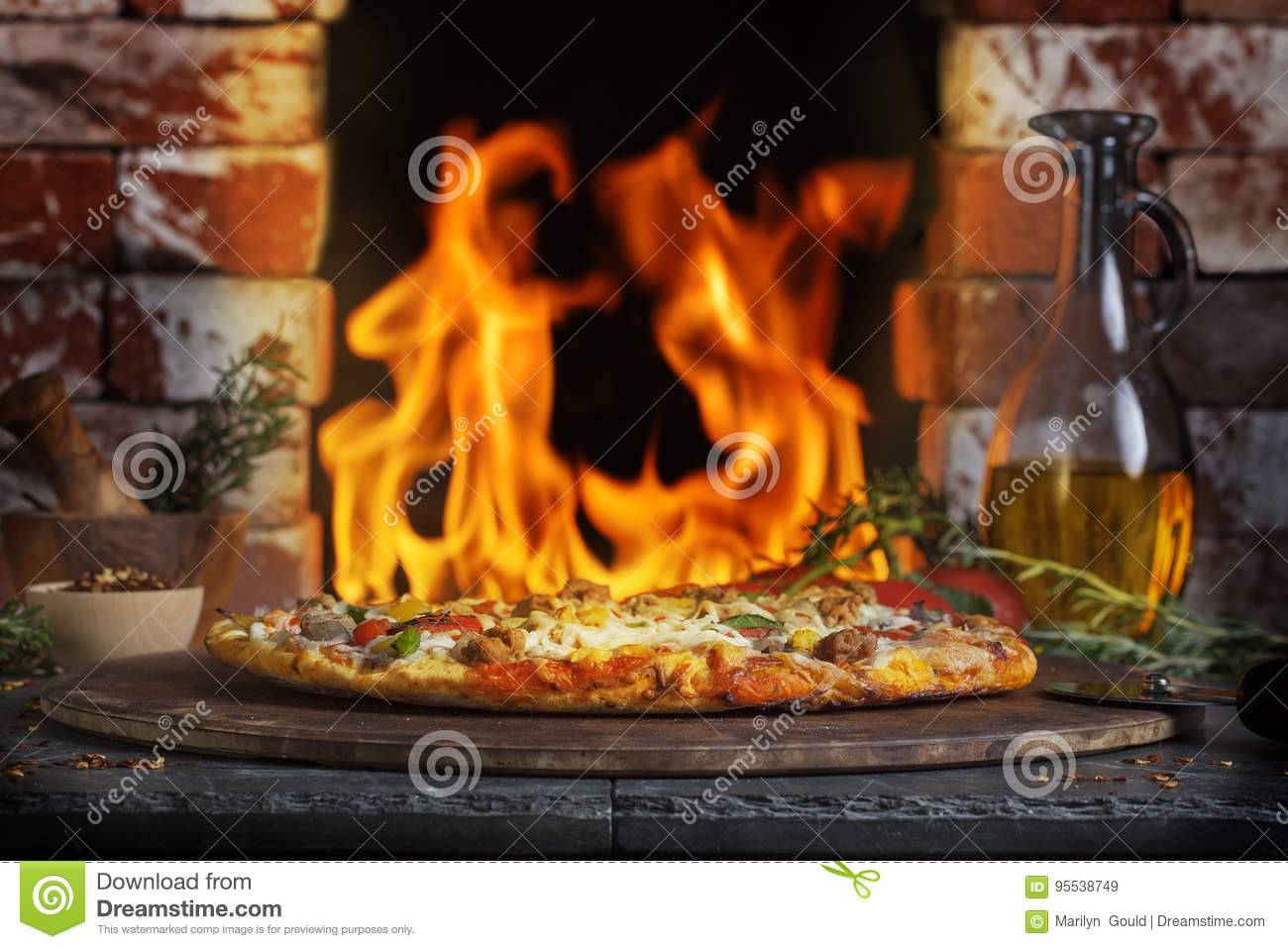 pizza ziegelstein feuer ofen stockbild bild von wurst flammen 95538749. Black Bedroom Furniture Sets. Home Design Ideas