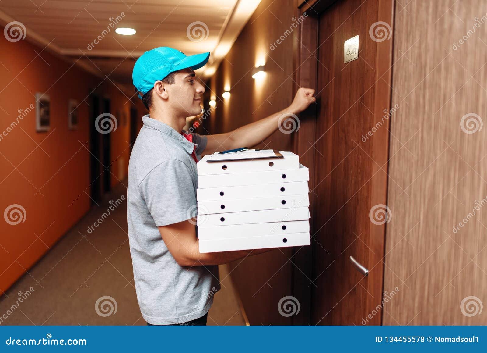Pizzabote, der auf Tür des Kunden klopft