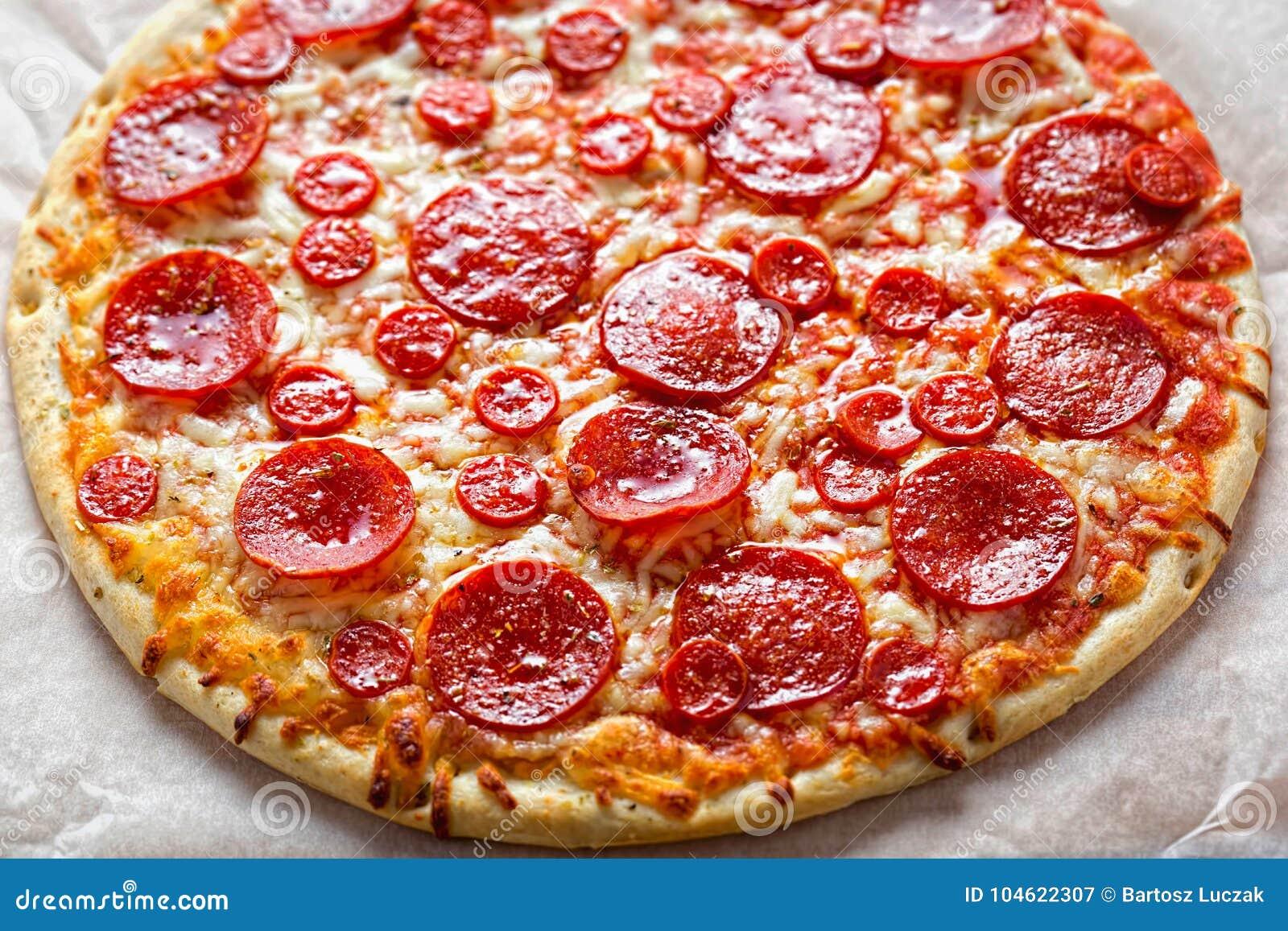 Pizzapepperonis mit Käse und Oregano